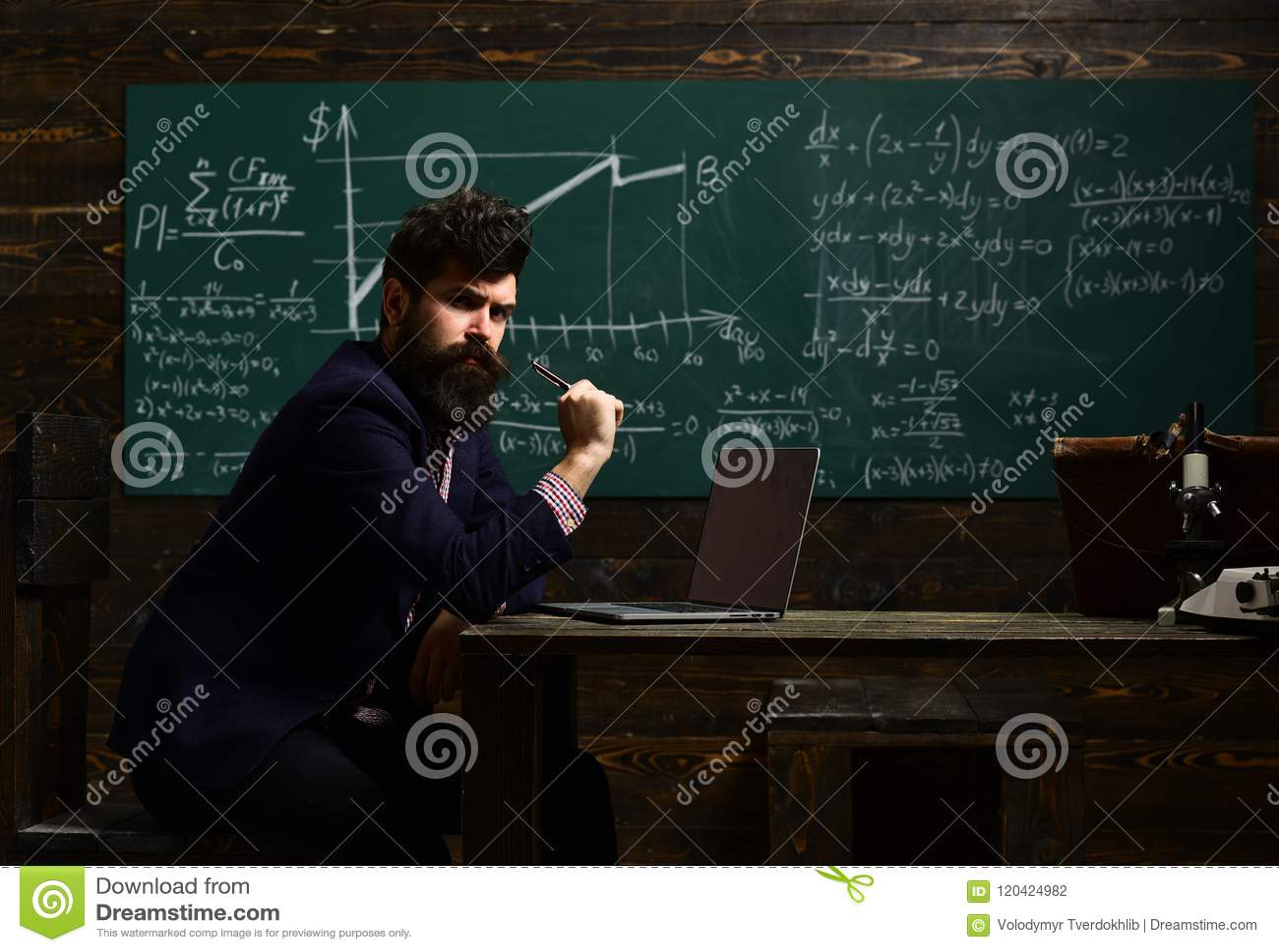 Professor en schoolstudent bij klaslokaal in school planning De mededeling van de workshoptechnologie voor onderwijs leraar