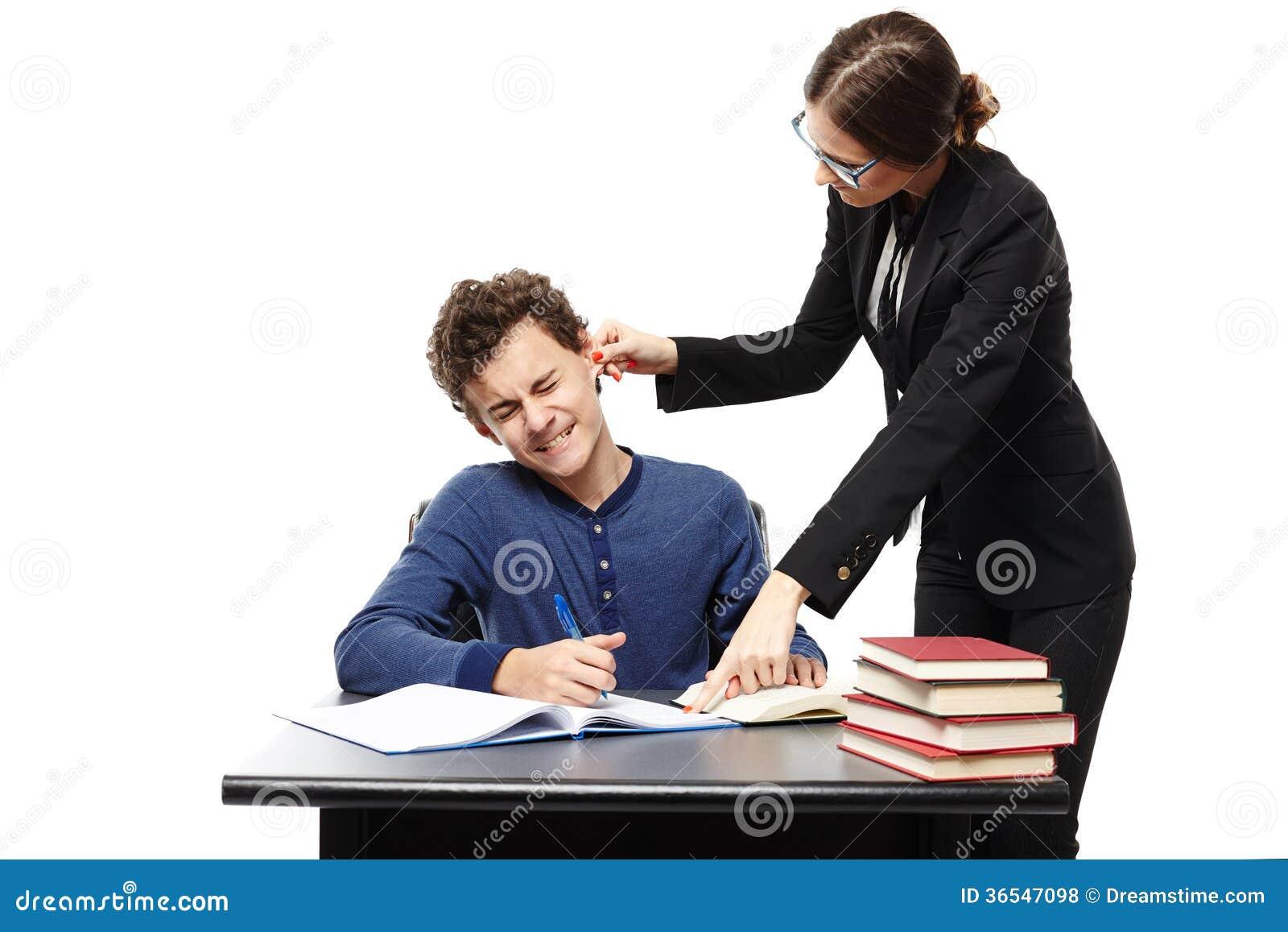 Professor irritado que torce a orelha do estudante e que aponta o someth