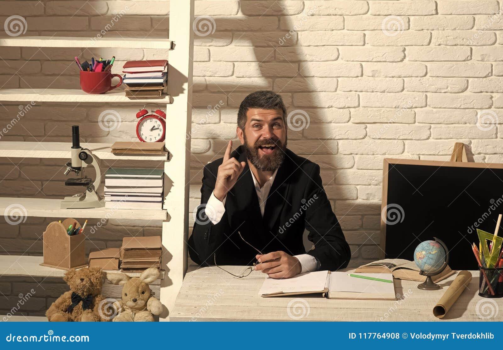 Professor med den lyckliga framsidan som har idé Lärare- och skolatillförsel