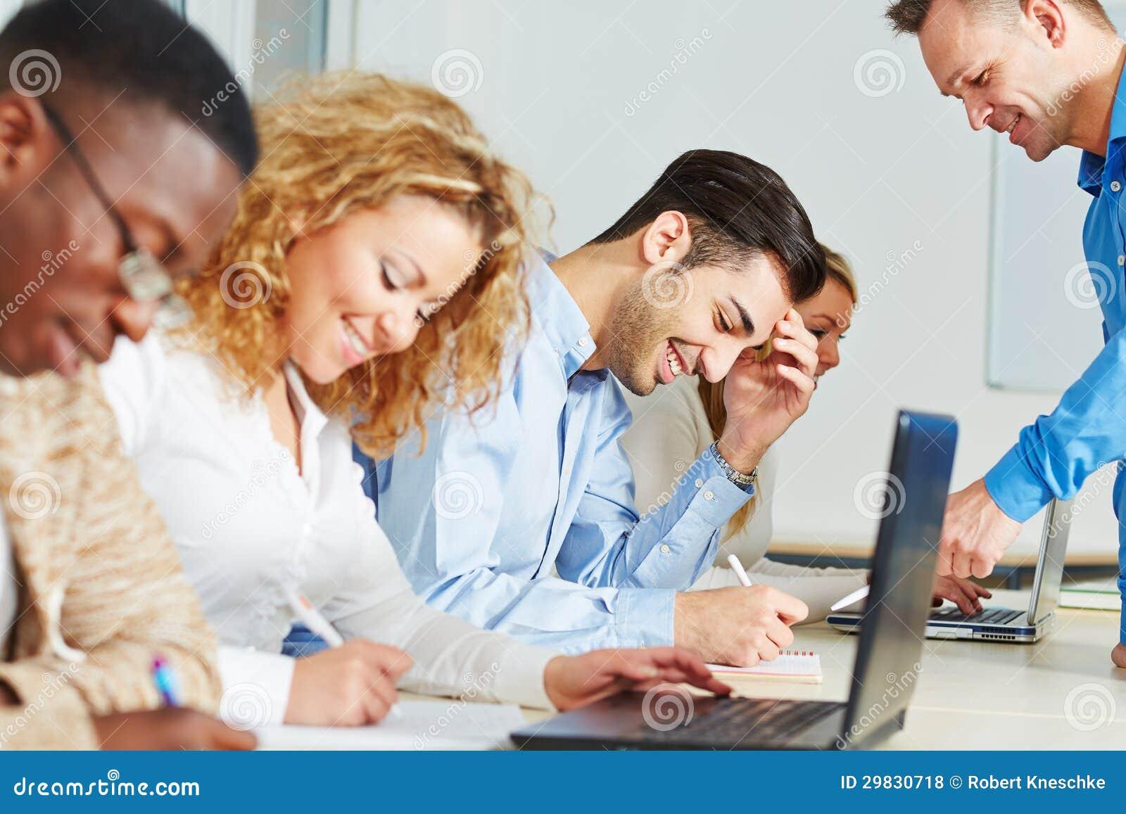 Estudantes de ajuda do professor na classe