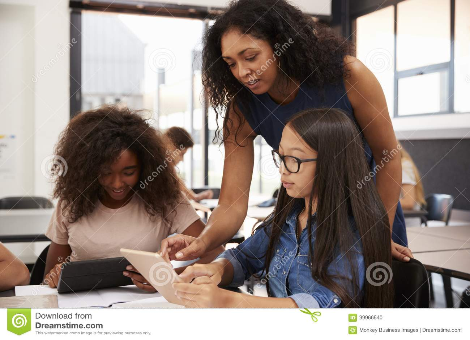 Professor que ajuda estudantes da High School com tecnologia