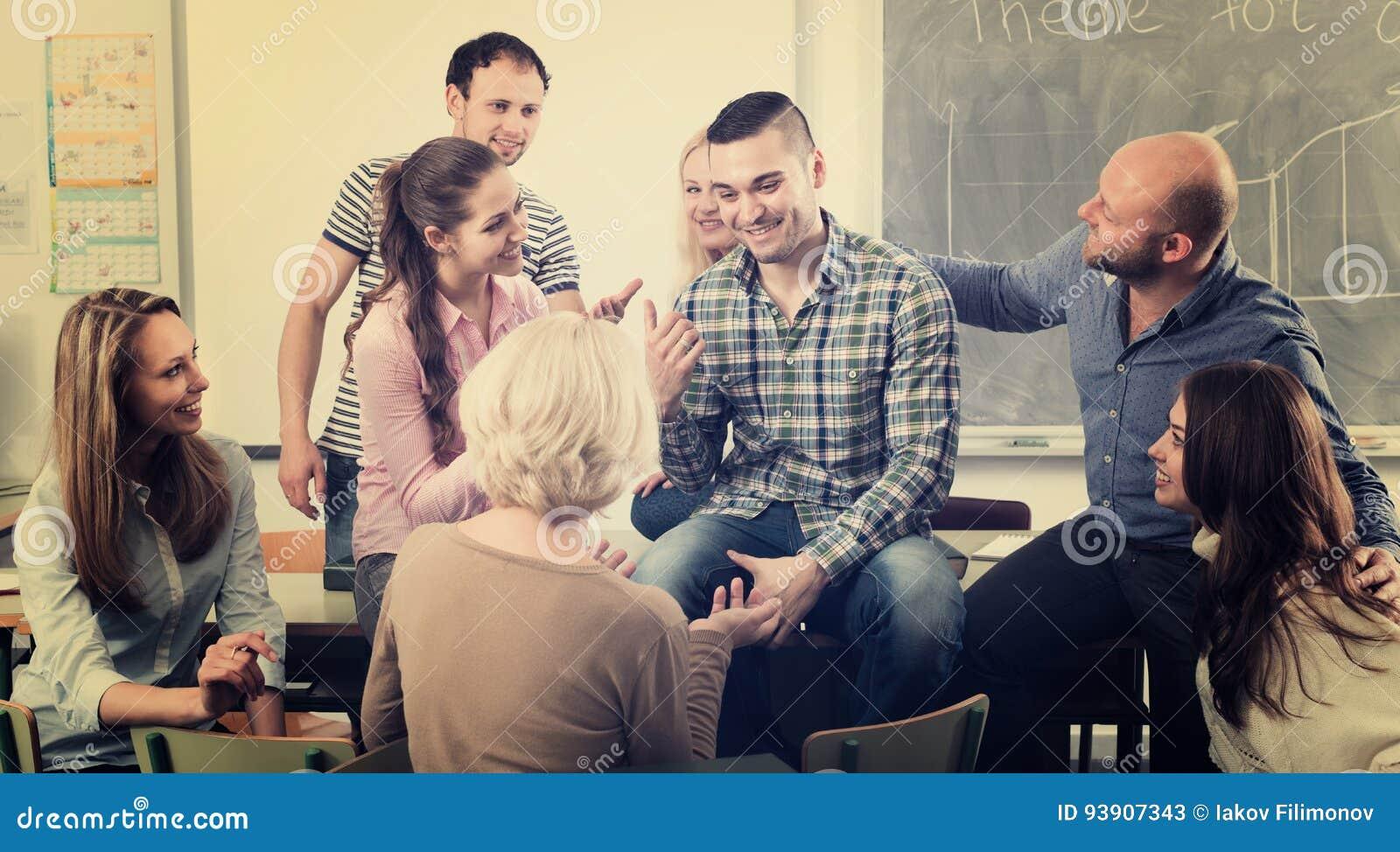 Professor som konsulterar olika ålderstudenter