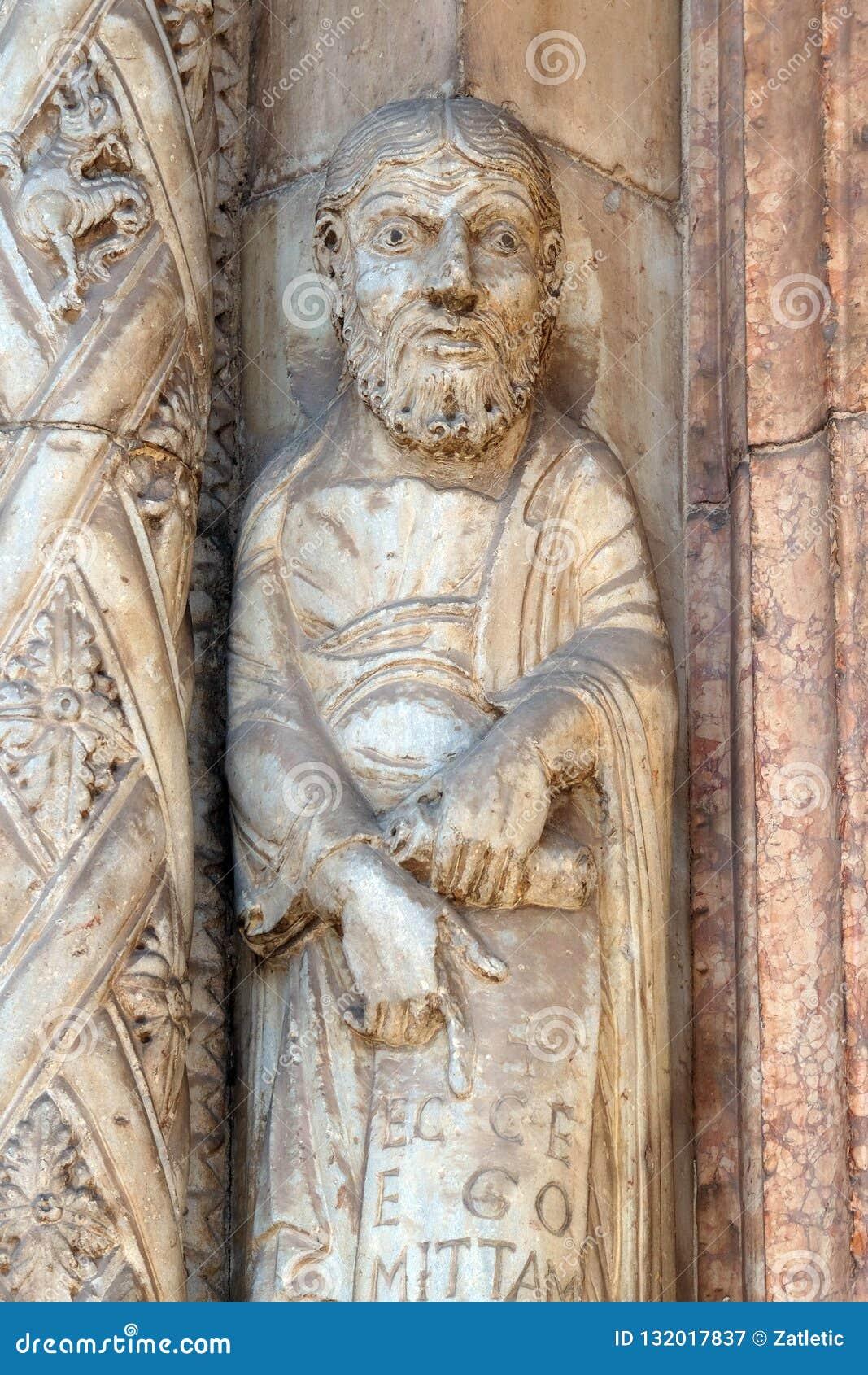 Profeta, estatua en el portal de la catedral dedicada a la Virgen María bendecida bajo designación en Verona