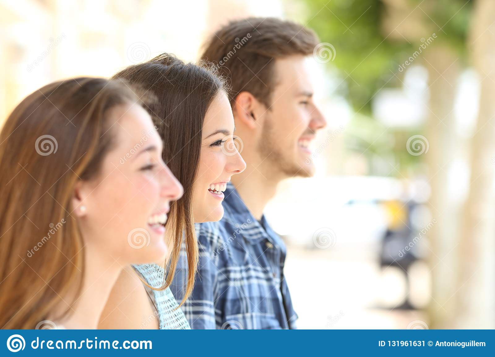 Profiel van drie vrienden die weg in de straat kijken