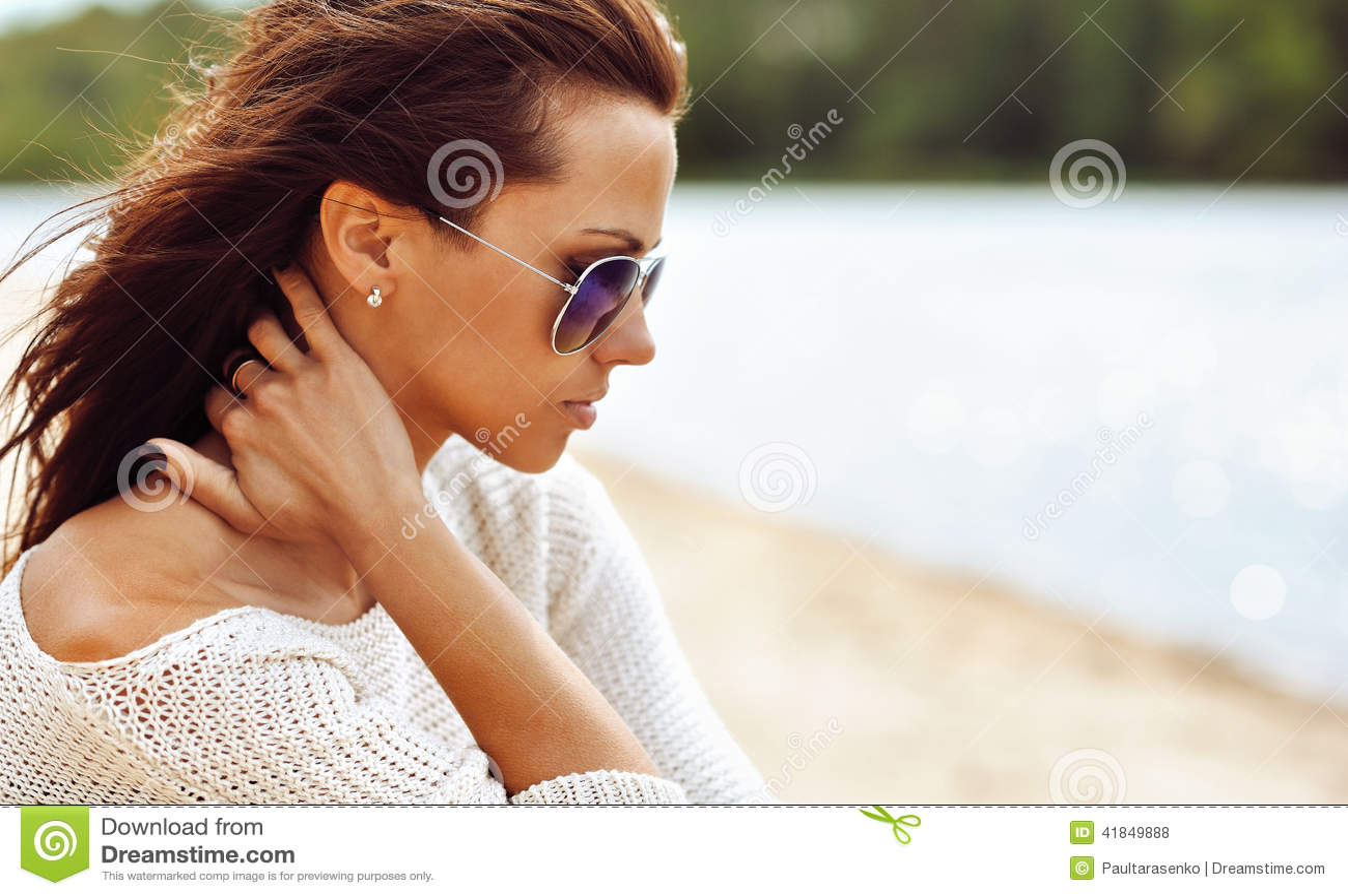 Profiel van een mooie donkerbruine vrouw in zonnebril