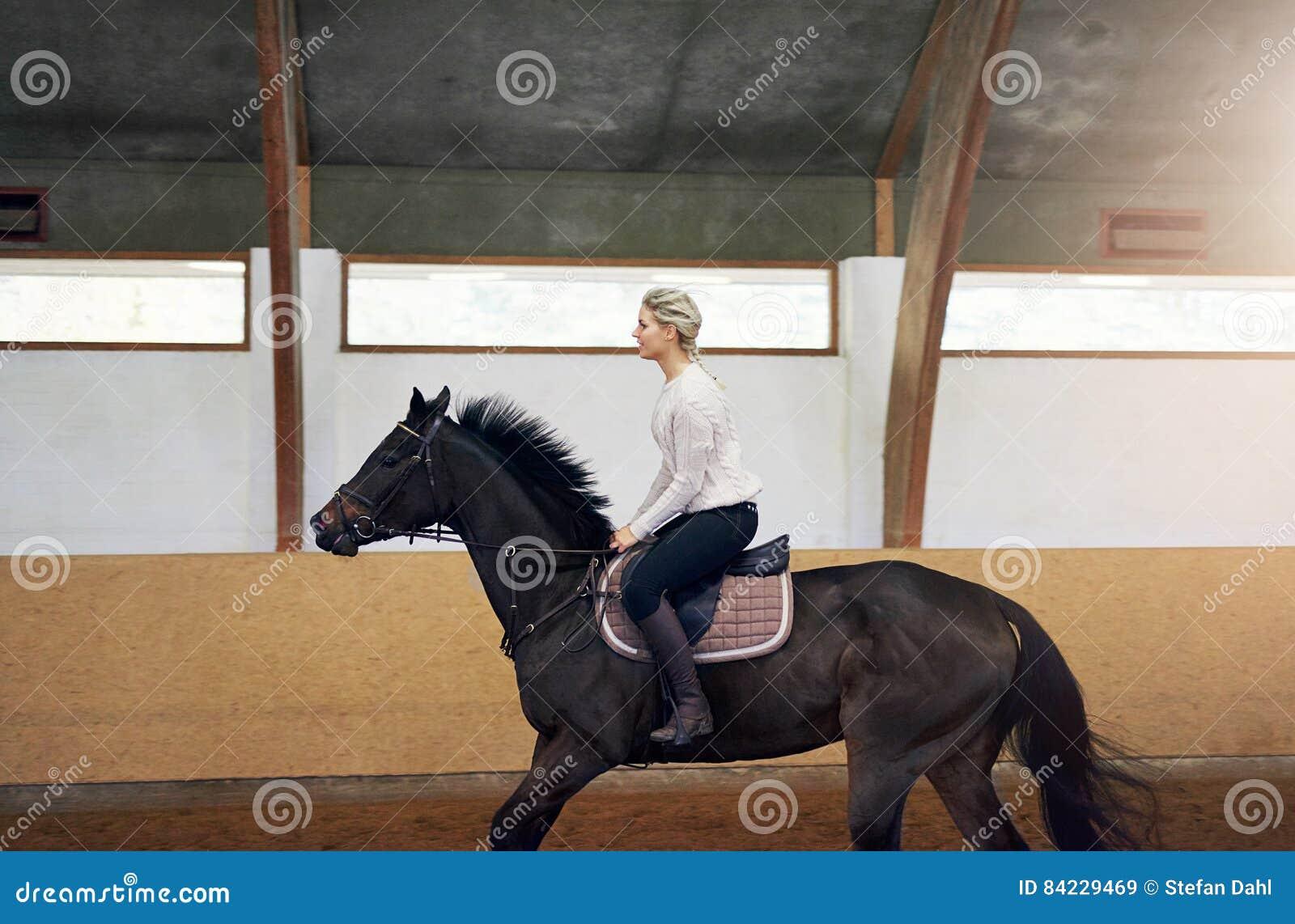 Profiel van een vrouw op een paard