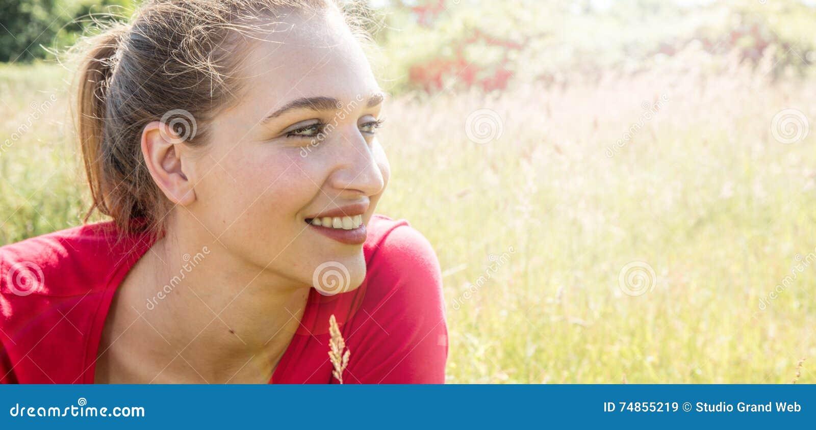 Profiel van het glimlachen het schitterende jonge vrouw kijken aan haar toekomst