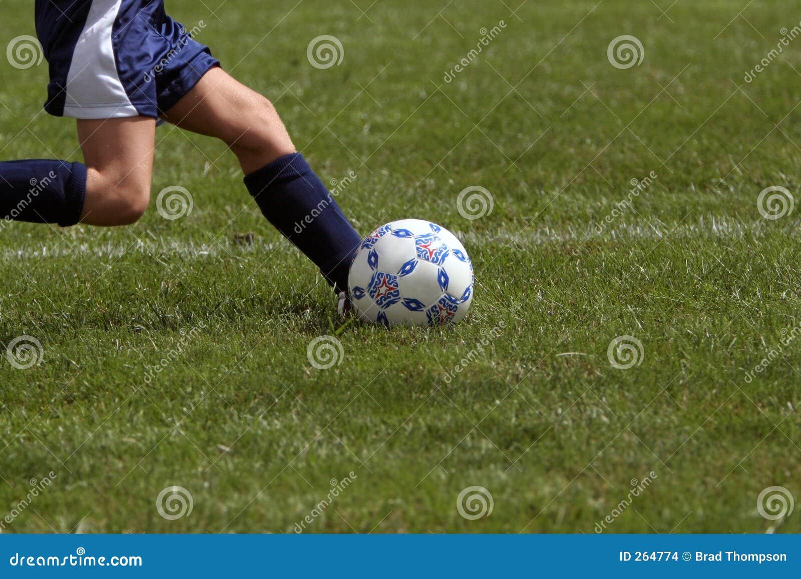Profiel van meisje het schoppen voetbalbal