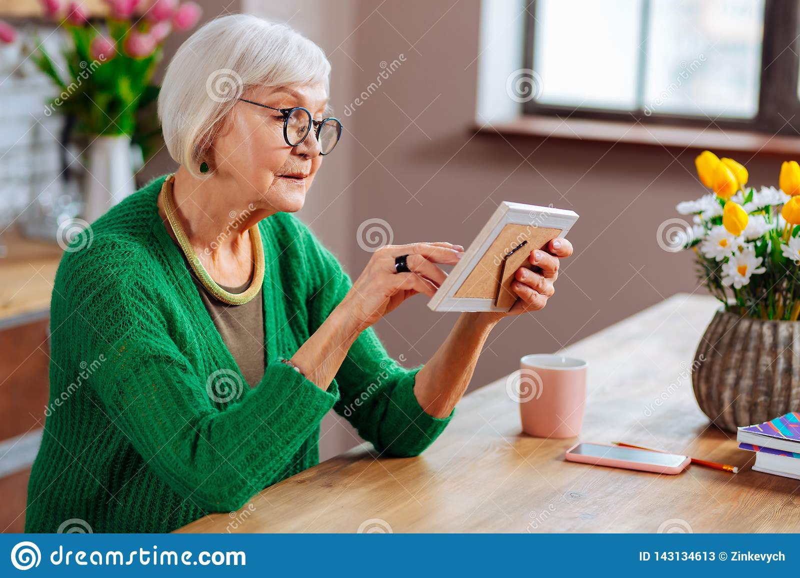 Profielfoto van aantrekkelijk bejaarde wat betreft foto in kader