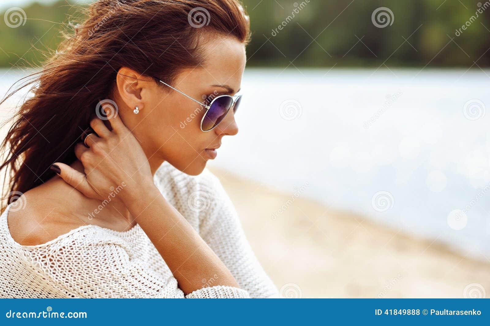 Profil Brune Lunettes Des Soleil D'une De Photo Femme Belle Dans 53Aj4RL
