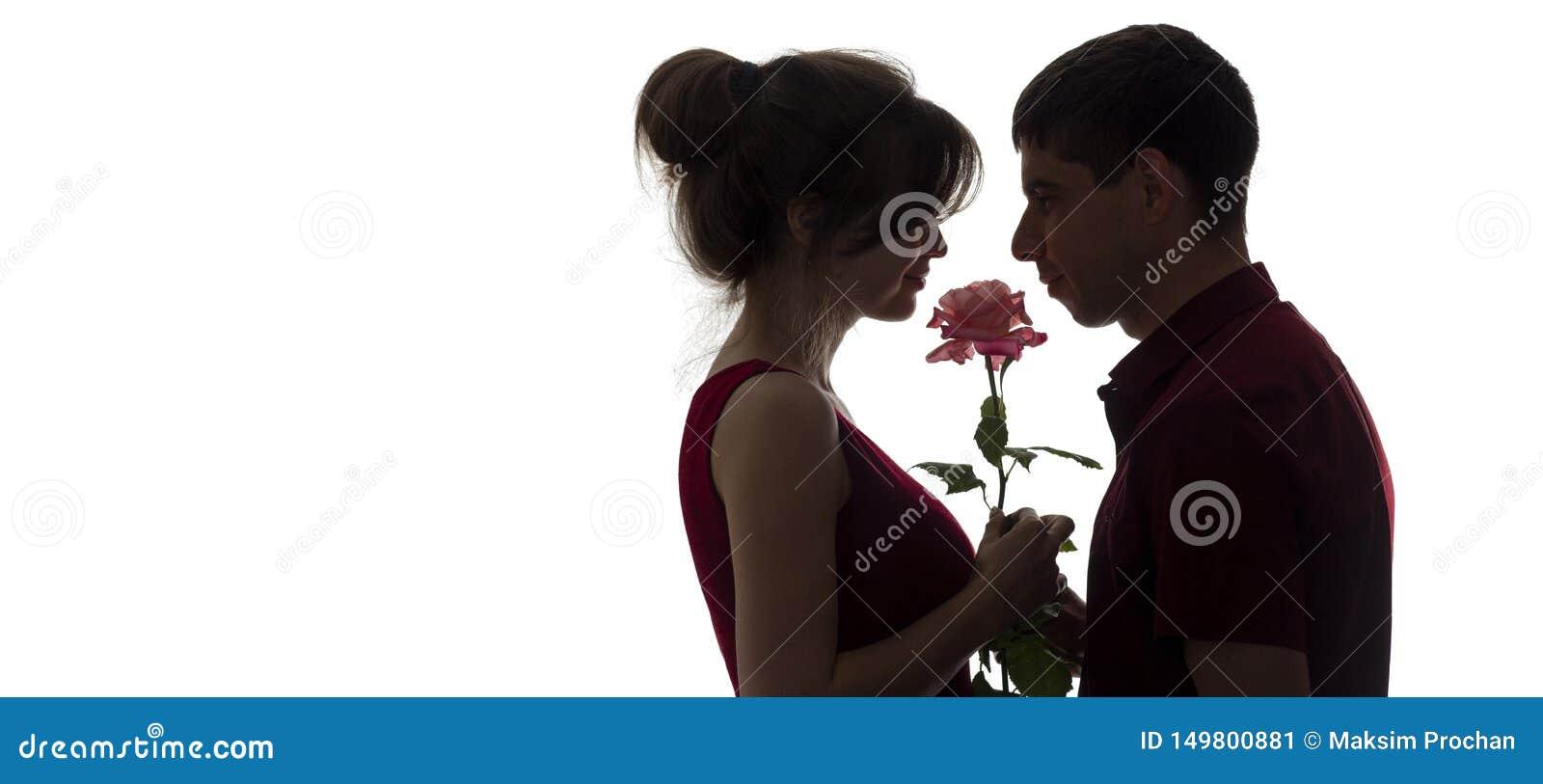 Profil De Silhouette D Un Jeune Couple Dans L Amour Sur Le Fond D