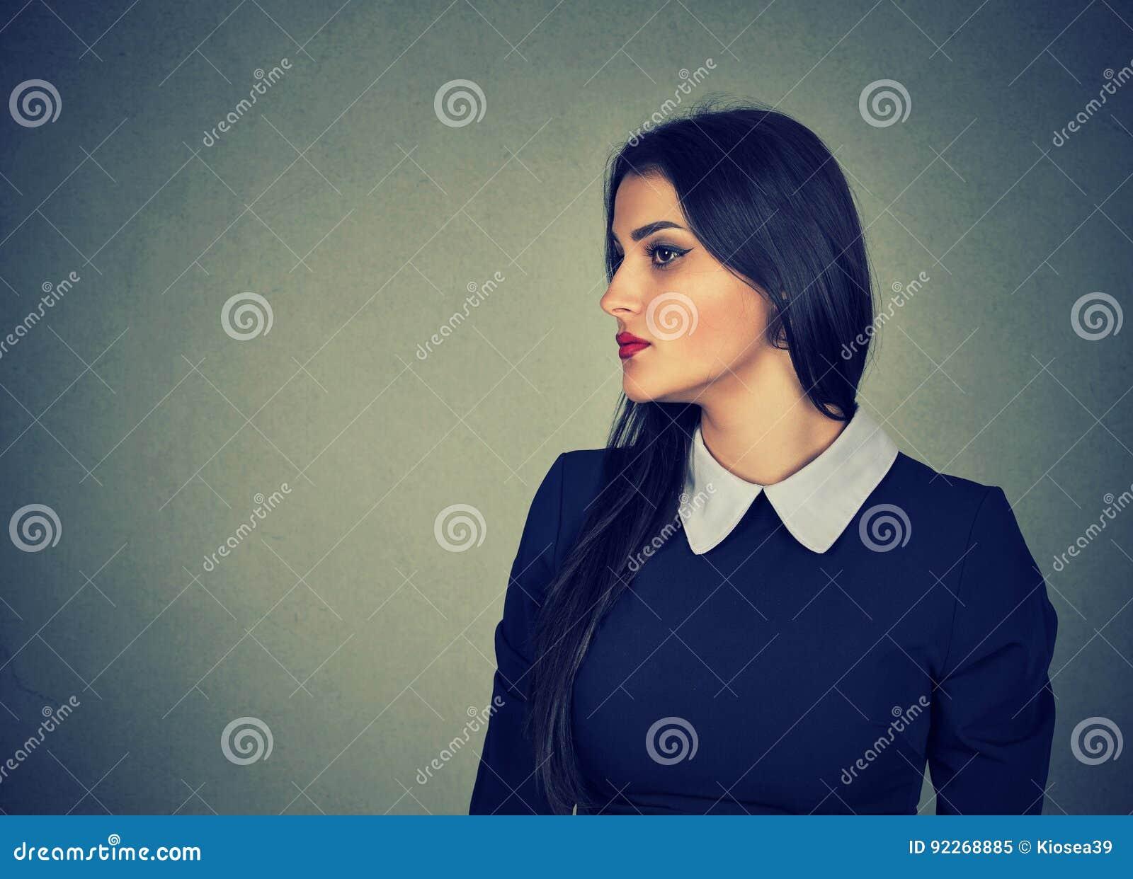 Profil latéral d une femme attirante