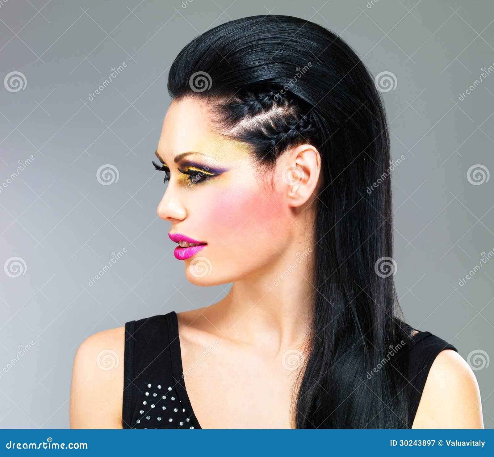 Брюнетка в черном платье макияж фото