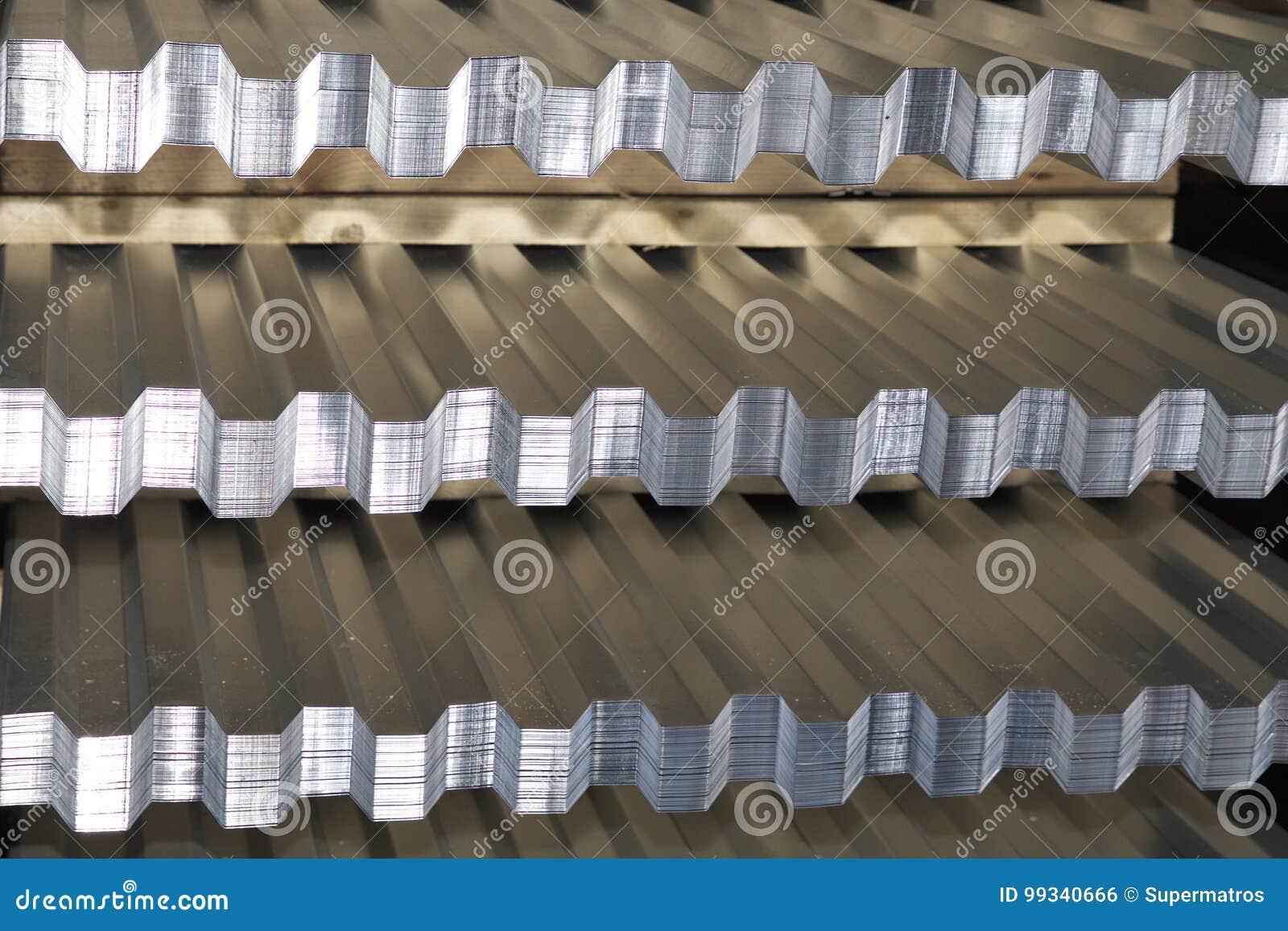 Profiled galvanizó la hoja en paquetes en el almacén de los productos de metal