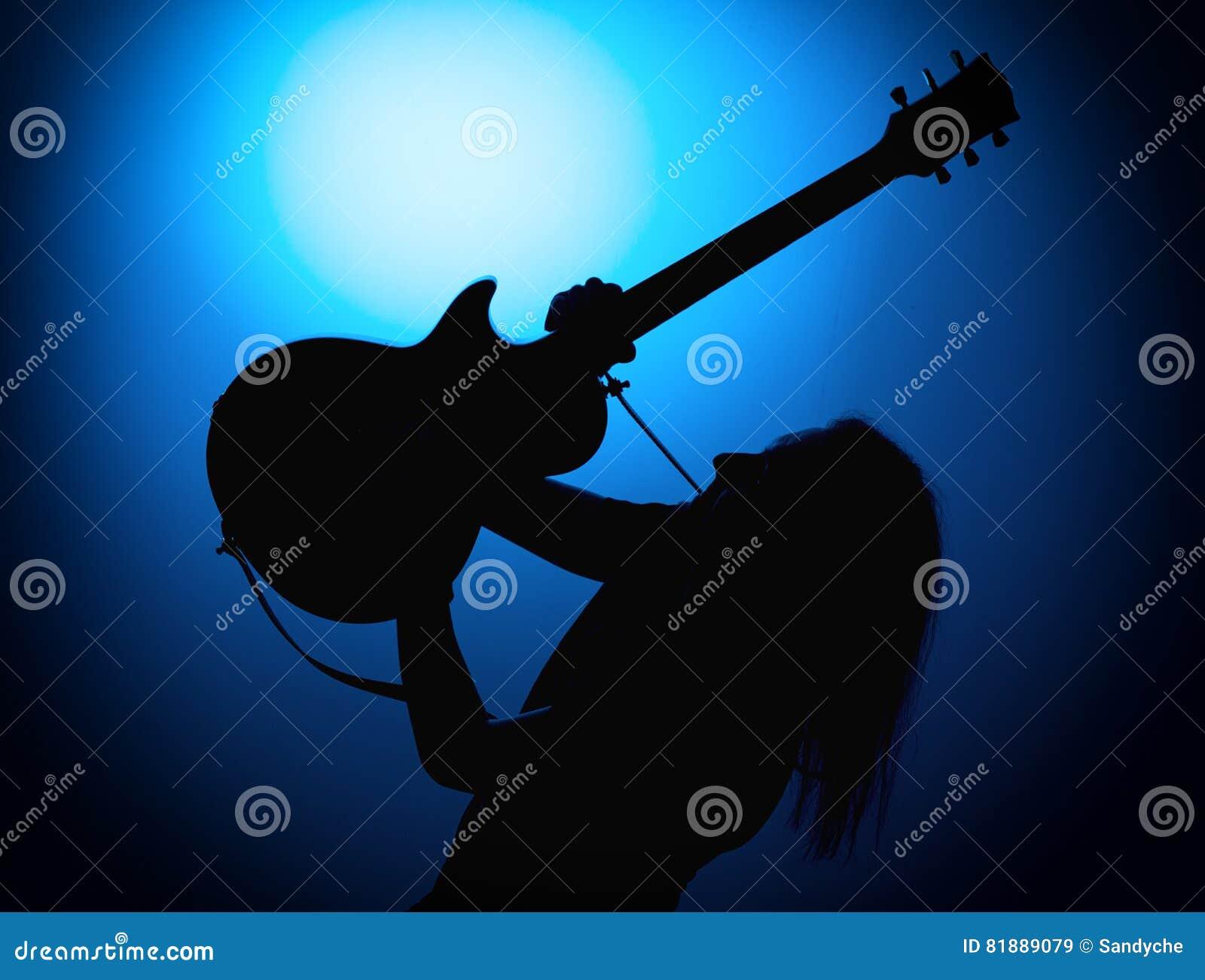 Profili i chitarristi di una banda rock con la chitarra su fondo blu