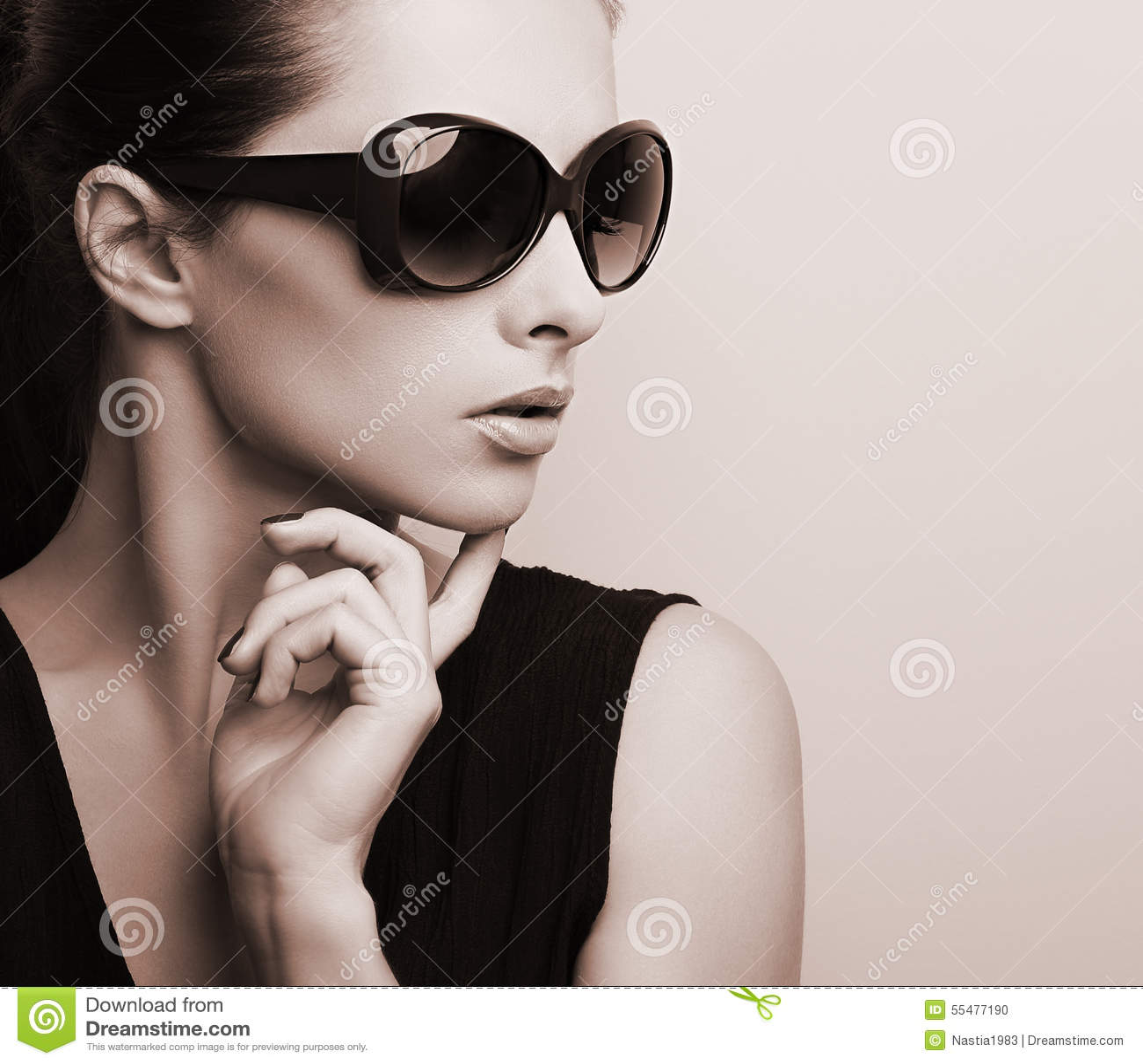 Profilo di modello femminile elegante alla moda nella posizione di vetro di sole di modo