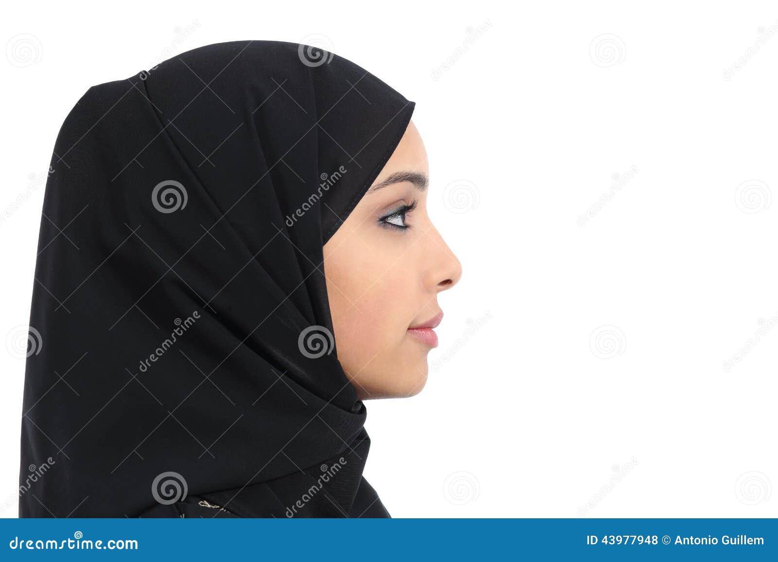 Profilo di un fronte saudita arabo della donna con pelle perfetta