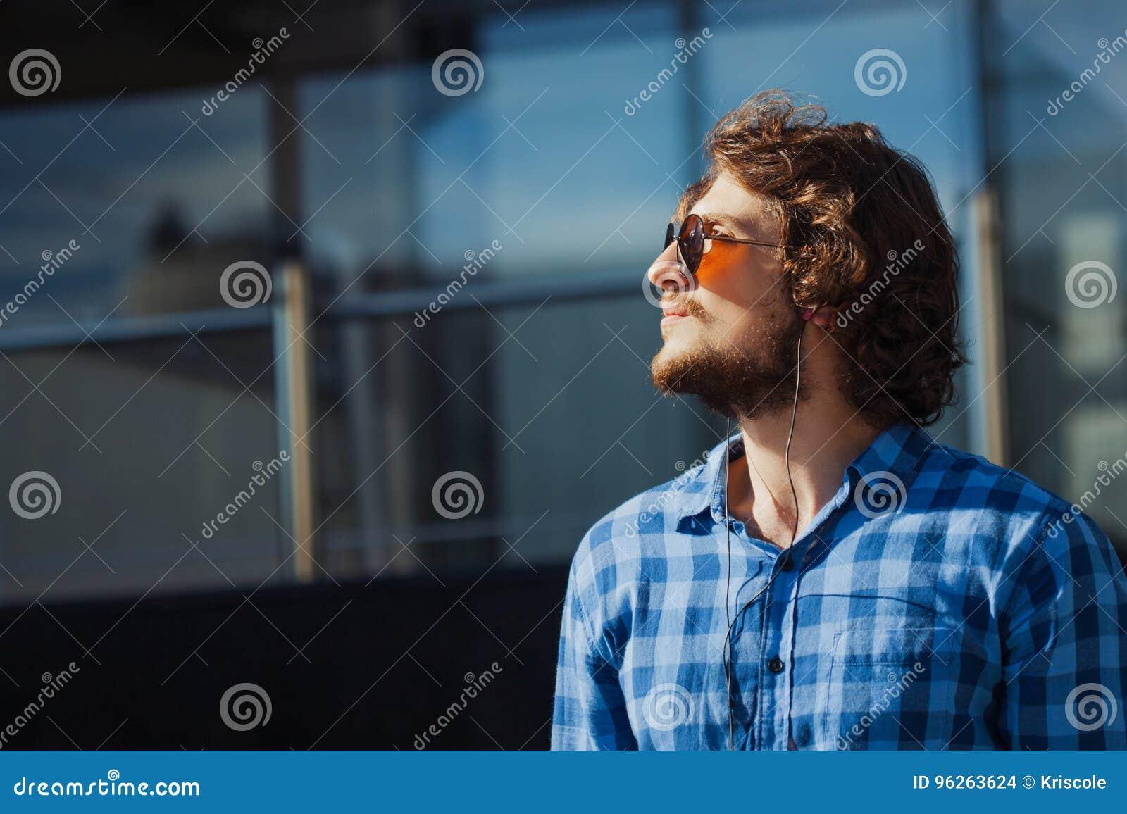 Profilo Di Un Tipo Barbuto Con Gli Occhiali Da Sole Ritratto