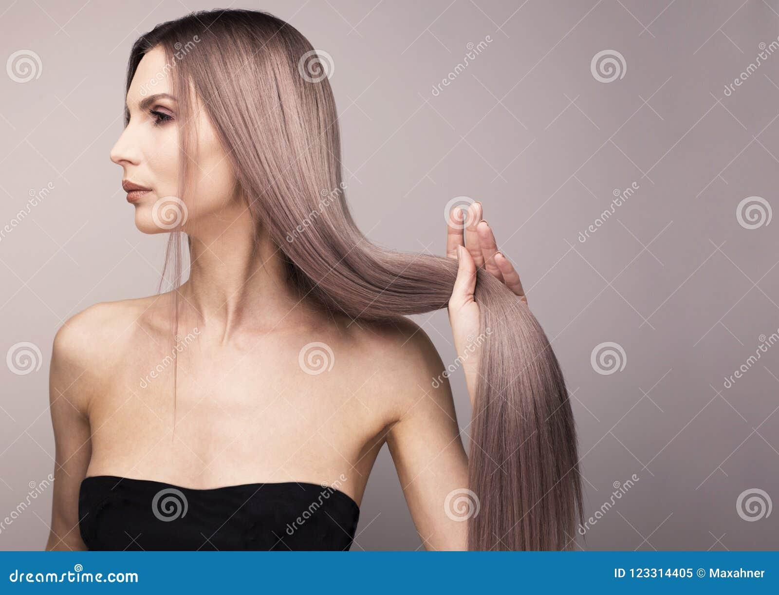 Profilo Elegante Di Una Donna Con Capelli Porpora Lunghi ...