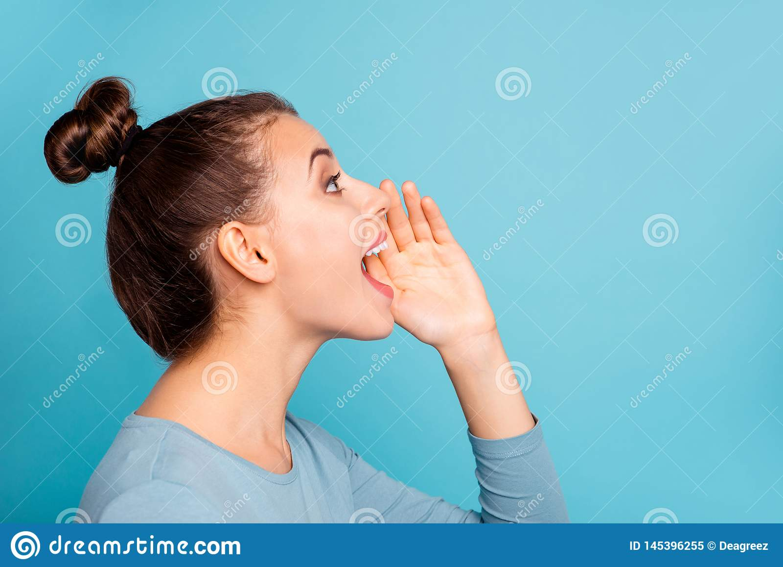 Profilowa bocznego widoku fotografia śmiesznego ostrego nastoletniego nastolatka krzyka reklam głośne odkrywczość patrzeje w