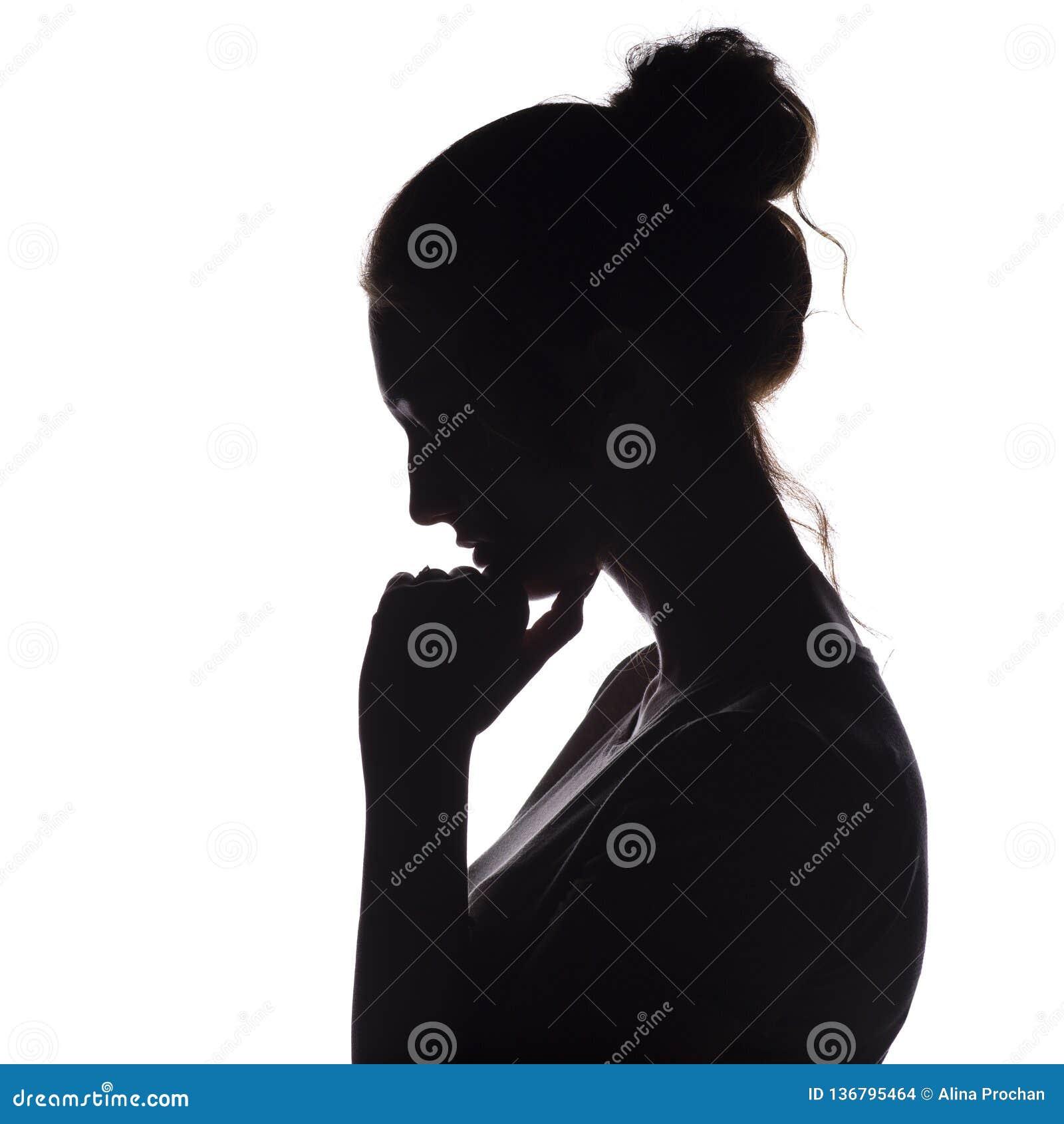 Profilowa sylwetka zadumana dziewczyna z ręką przy podbródkiem, młoda kobieta obniżał jej kierowniczego puszek na białym odosobni
