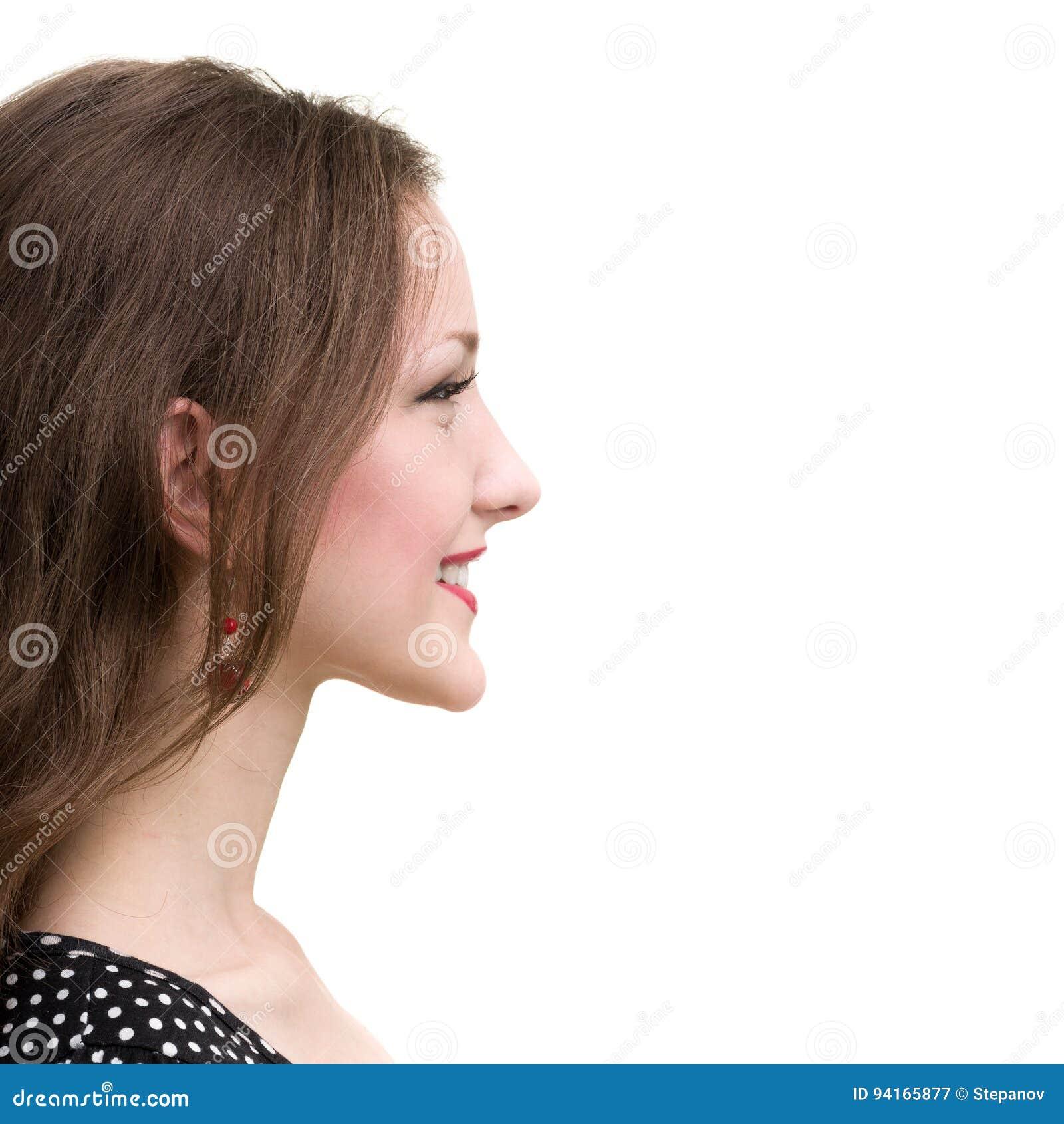 Profilowy portret młoda uśmiechnięta kobieta, odizolowywający na bielu