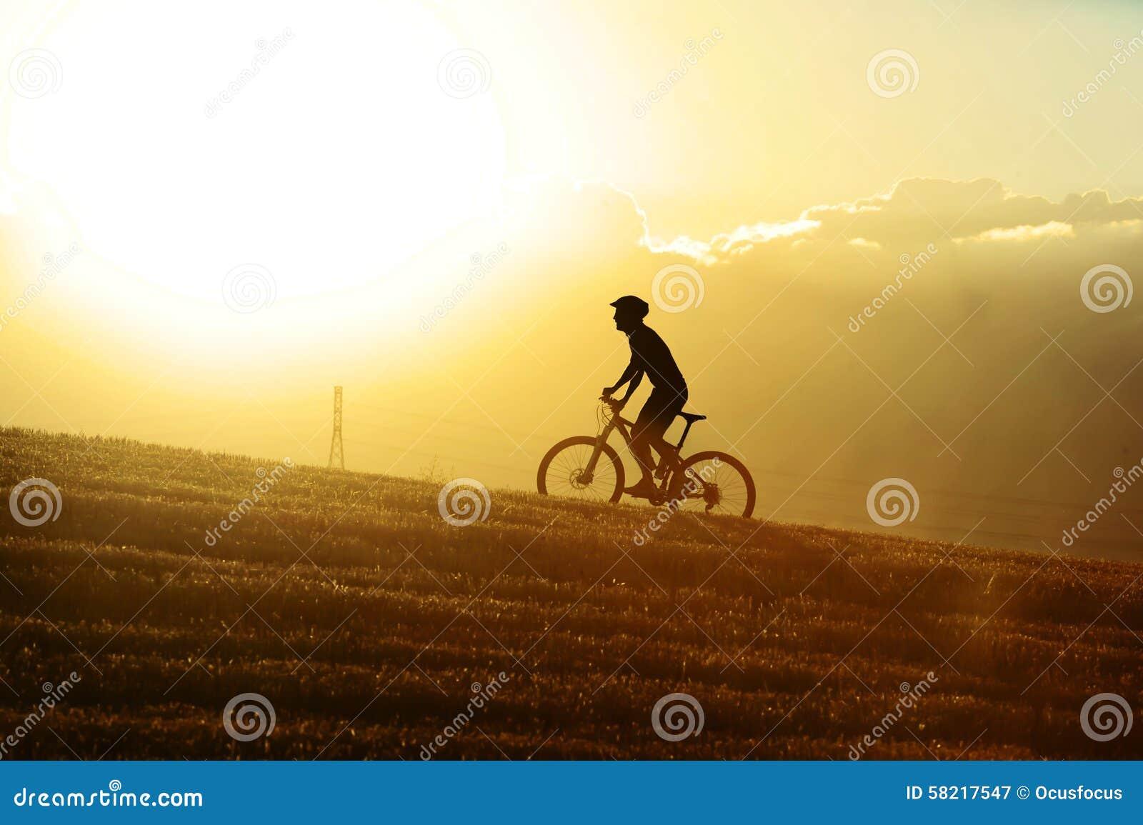 Profilowy sylwetka sporta mężczyzna kolarstwa uphilll jedzie przecinającego kraju rower górskiego
