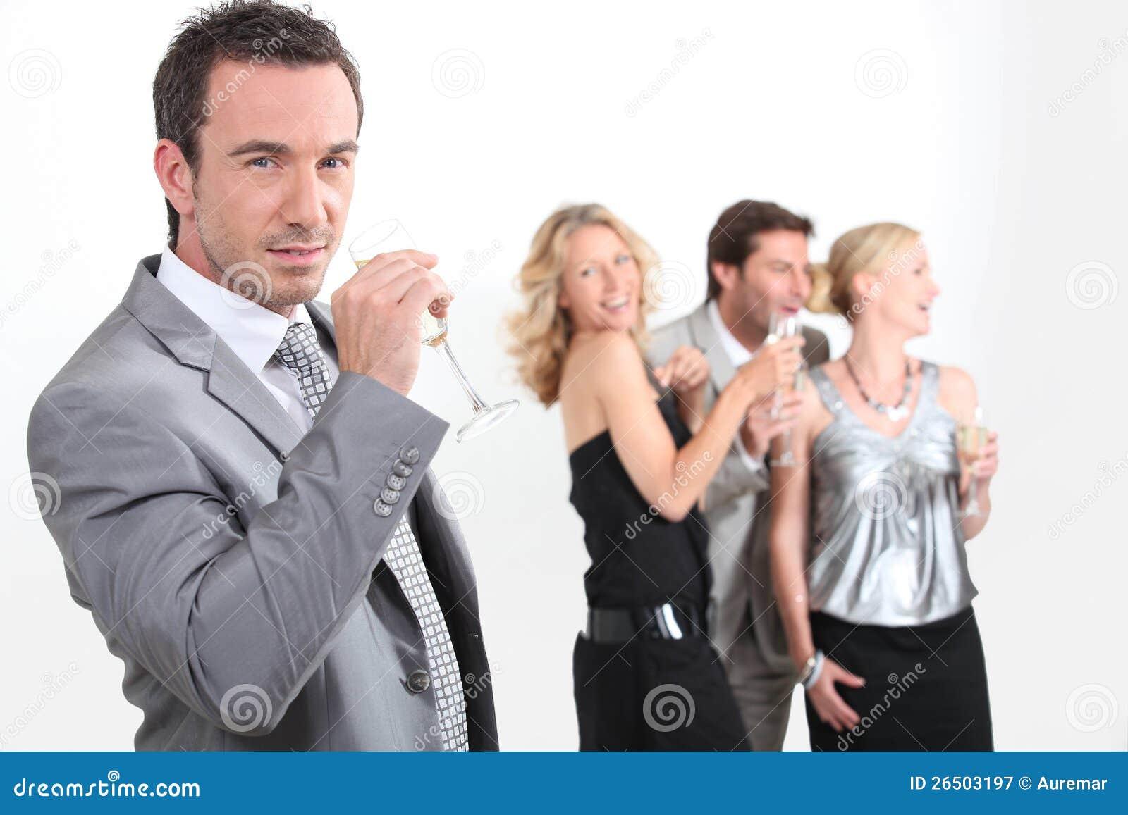 Profissionais que bebem o champanhe