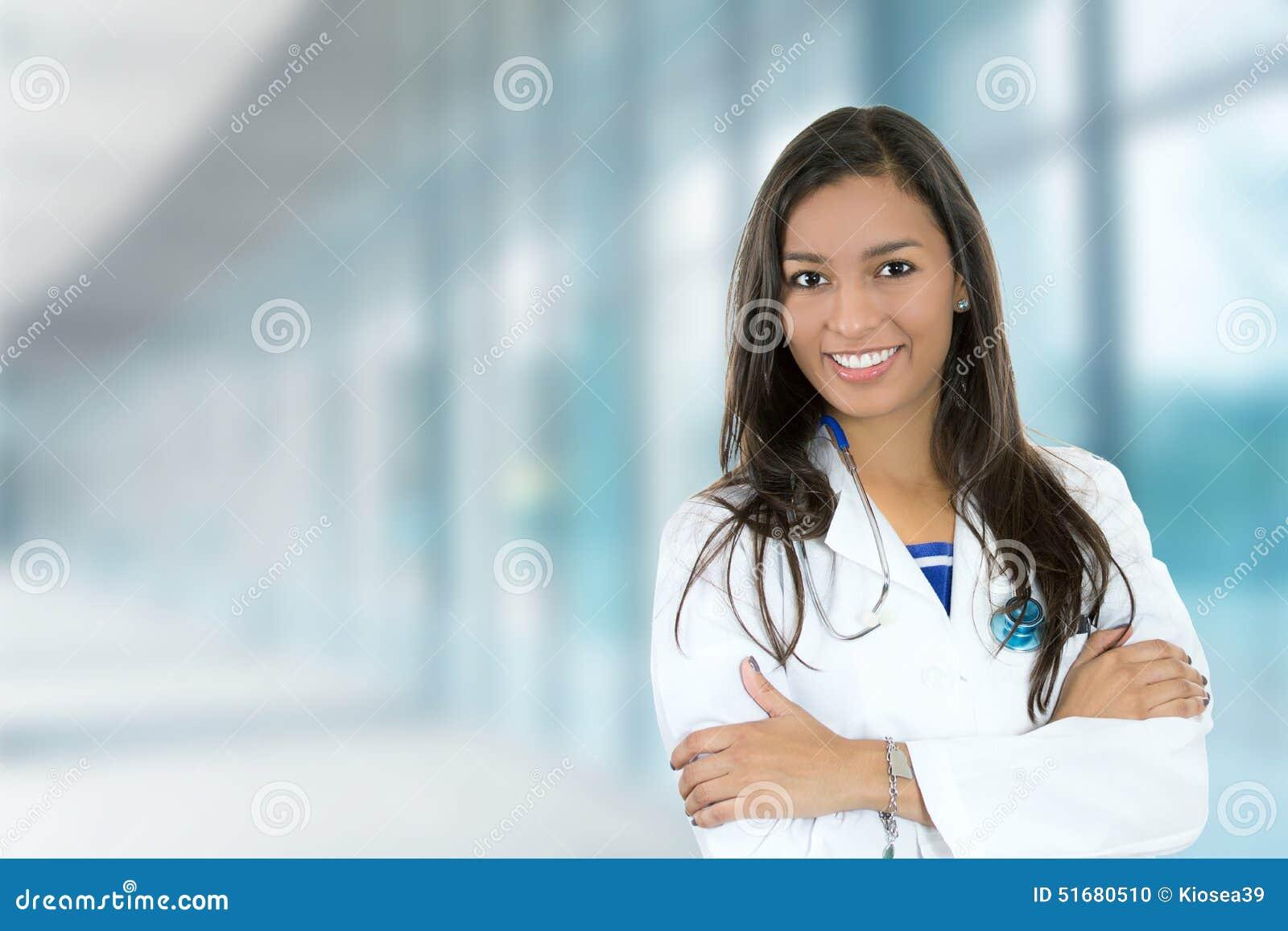 Profissional médico do doutor fêmea novo seguro no hospital