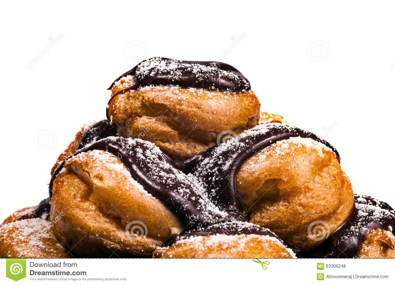 Profiteroles在堆富有的比利时巧克力特写镜头白色背景中
