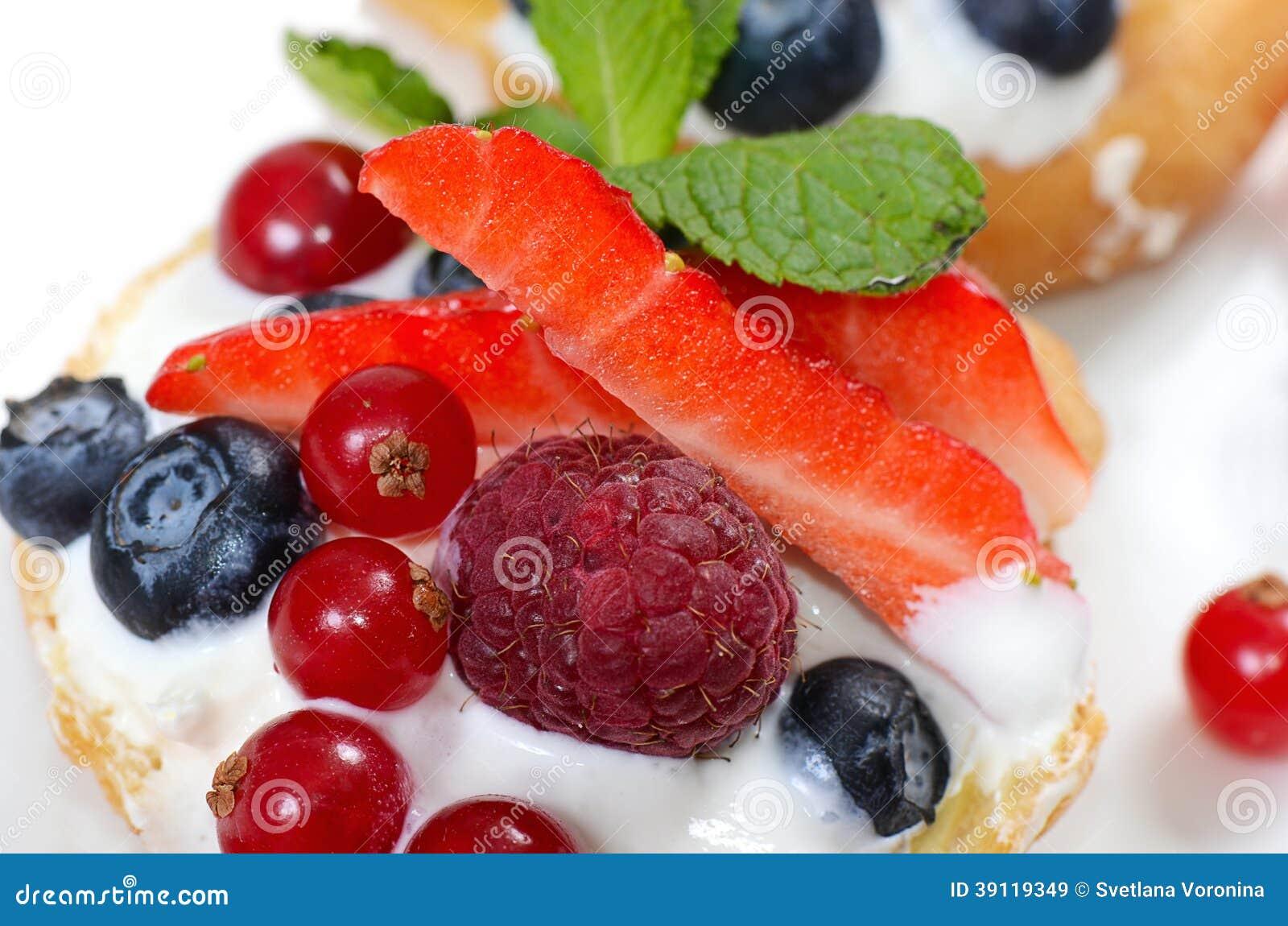 Profiteroles с смородиной ягод