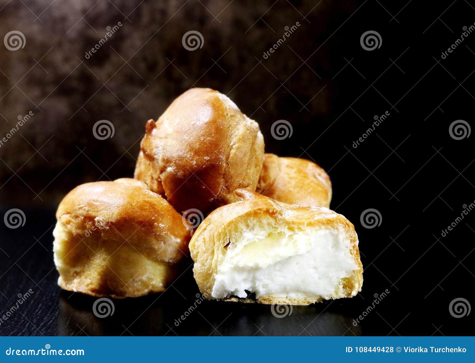Profiteroles Bolo Profiteroles com creme do coalho Bolos da massa do creme Produto culinário delicacy Sobremesa creme Frenc