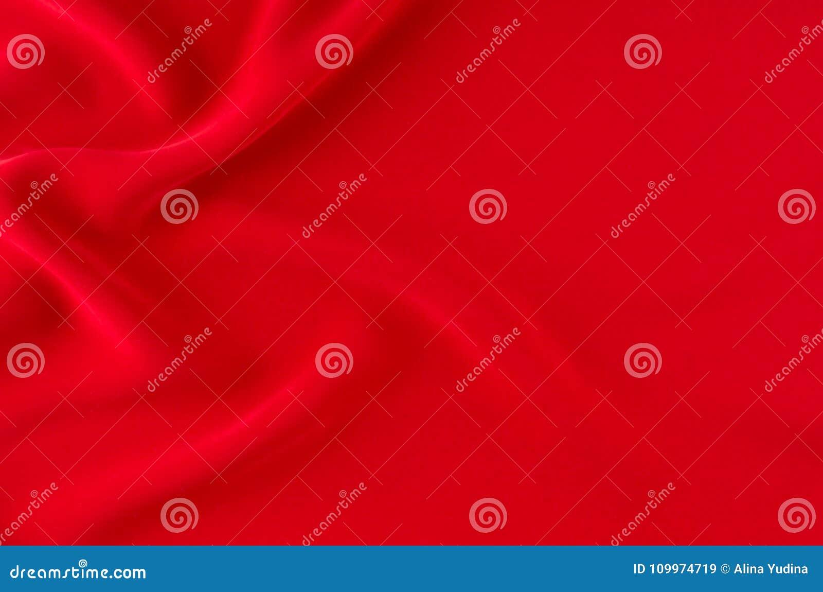 Profundamente - fundo ondulado liso de seda vermelho com espaço da cópia