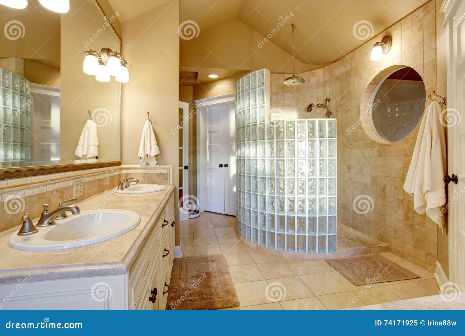 Progettazione antica del bagno con la parete di vetro delle mattonelle e della doccia immagine - Mattonelle da parete ...