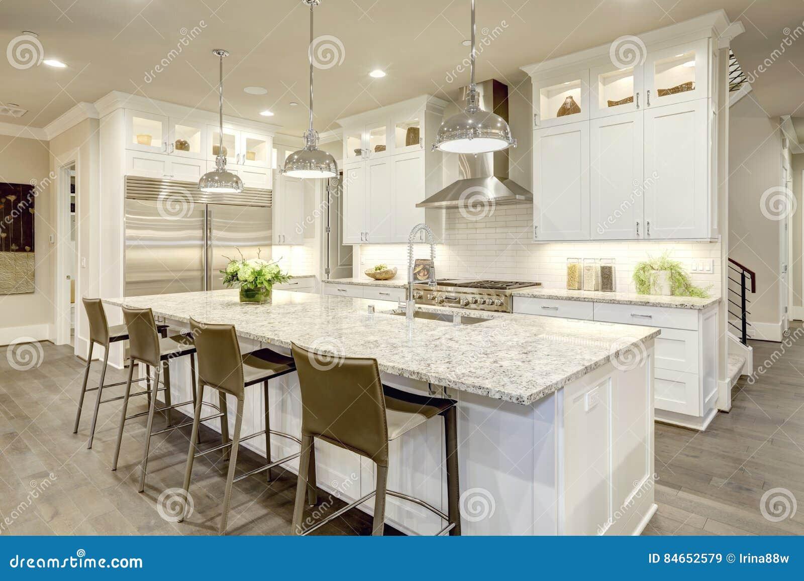 Progettazione bianca della cucina nella nuova casa lussuosa