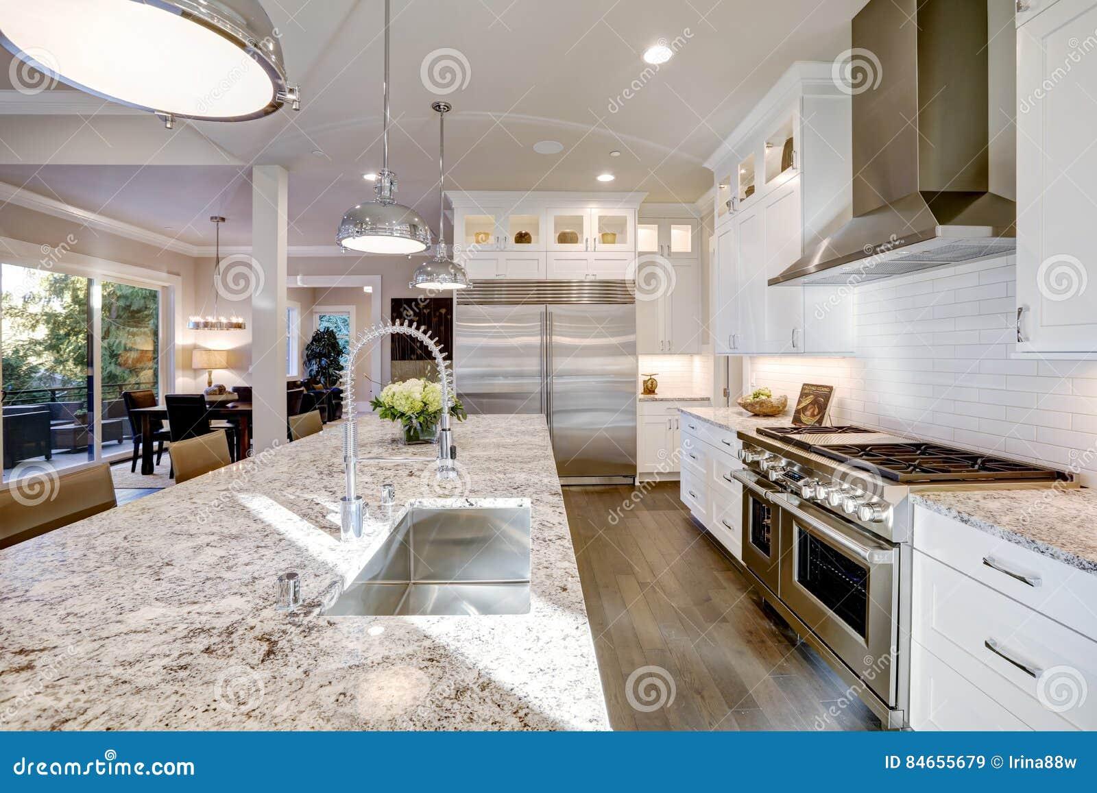 Progettazione Casa Programma : Progettazione bianca della cucina nella nuova casa lussuosa