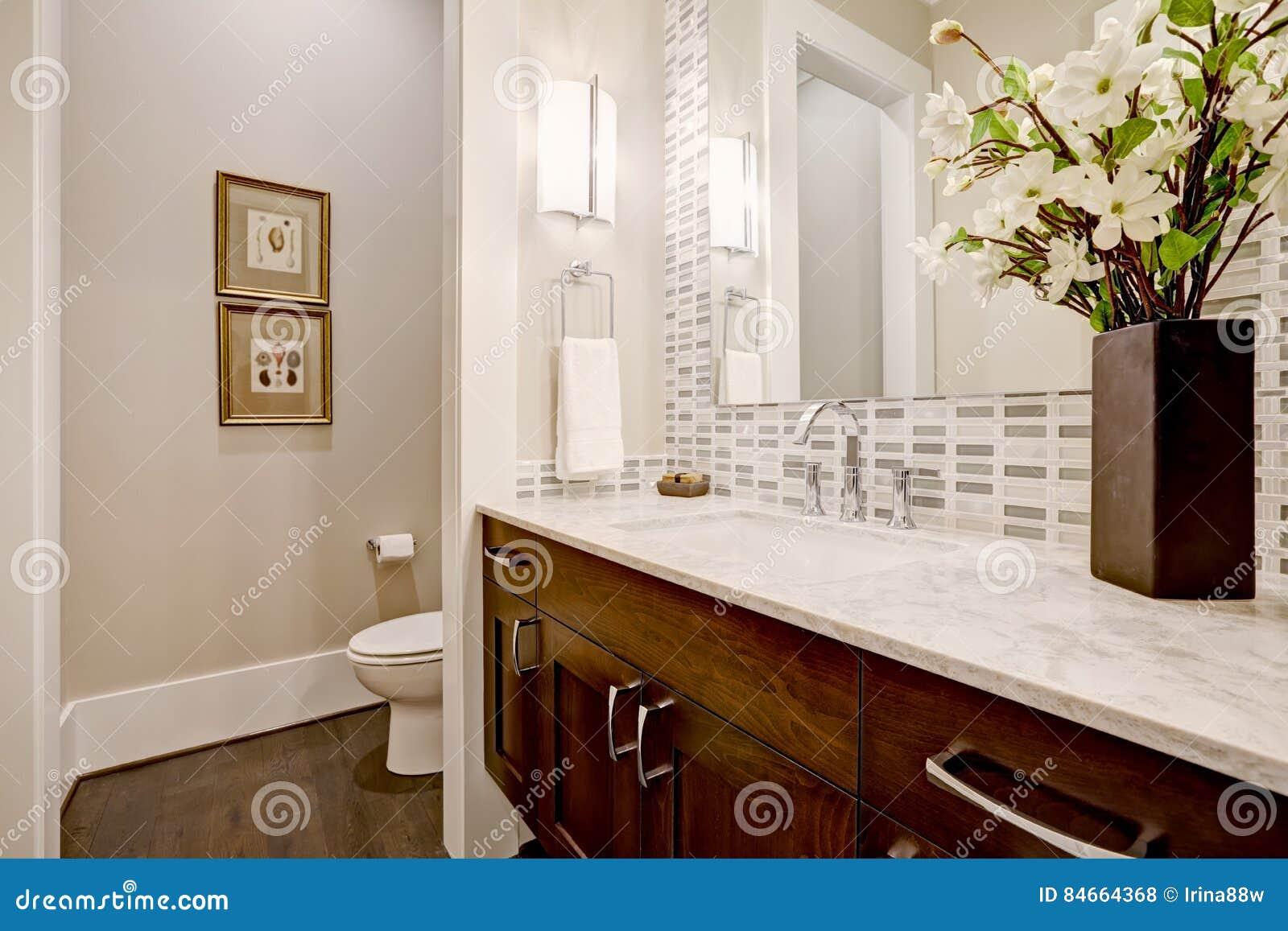 Progettare Il Bagno Di Casa : Progettazione bianca e pulita del bagno nella nuova di zecca casa