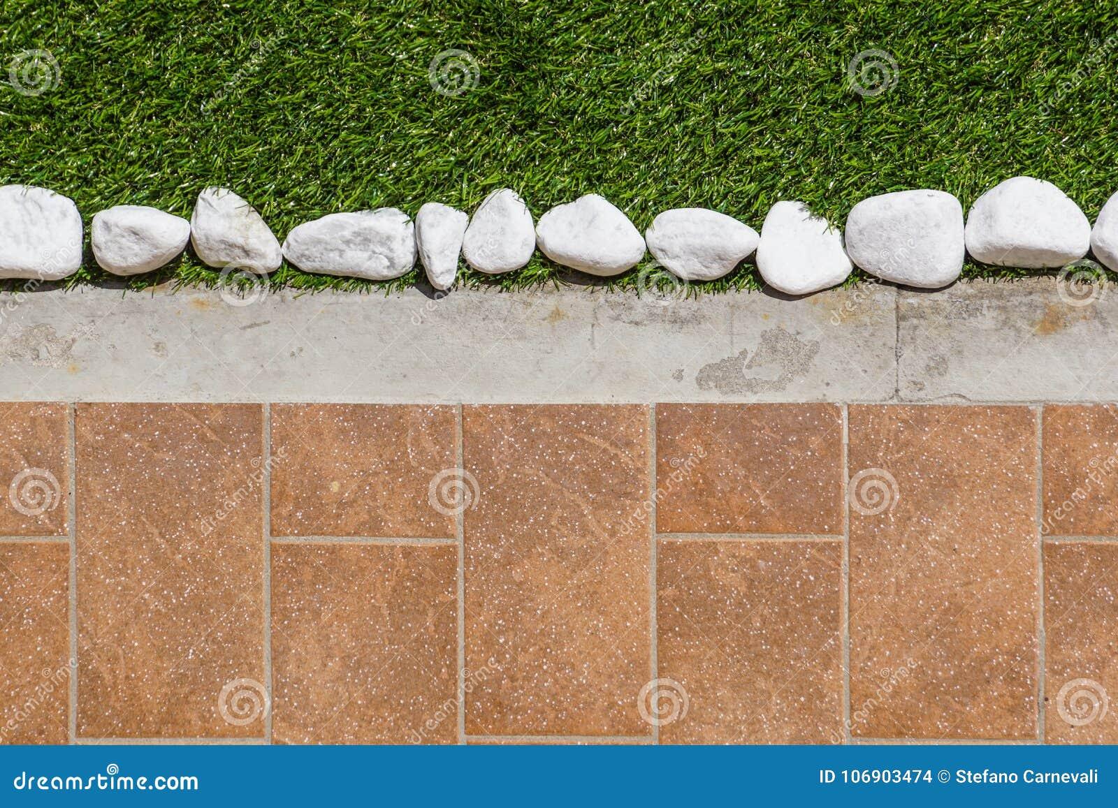 Progettazione del pavimento con le mattonelle e la ghiaia