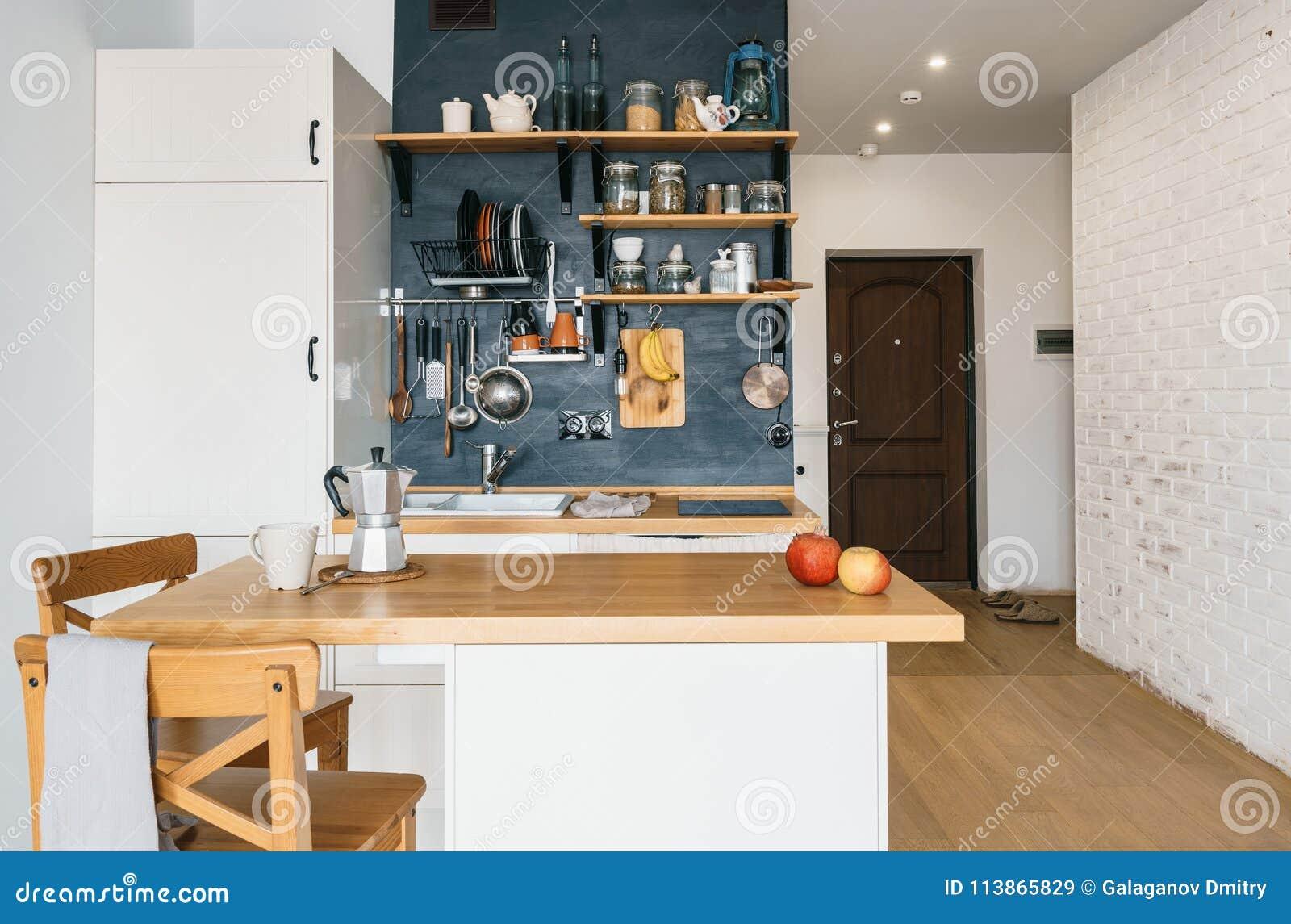 Progettazione della cucina domestica moderna nella soffitta e