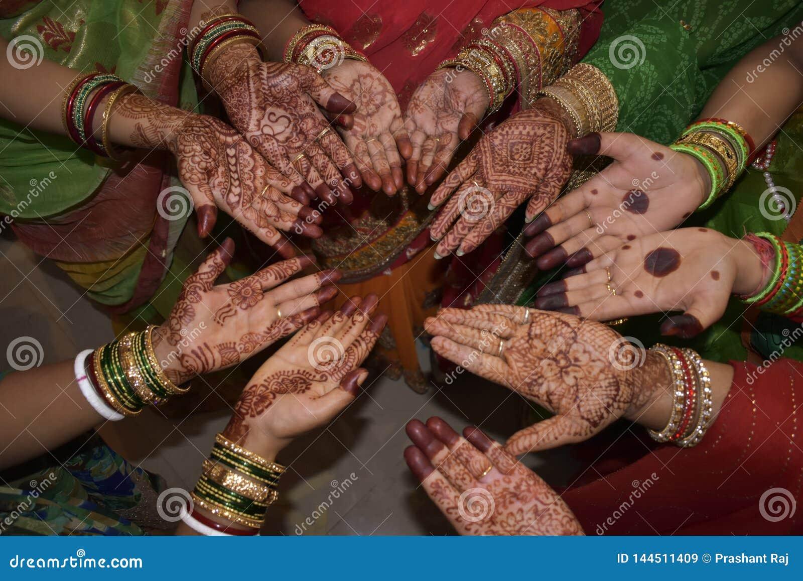 Progettazione di Mehndi sulle mani