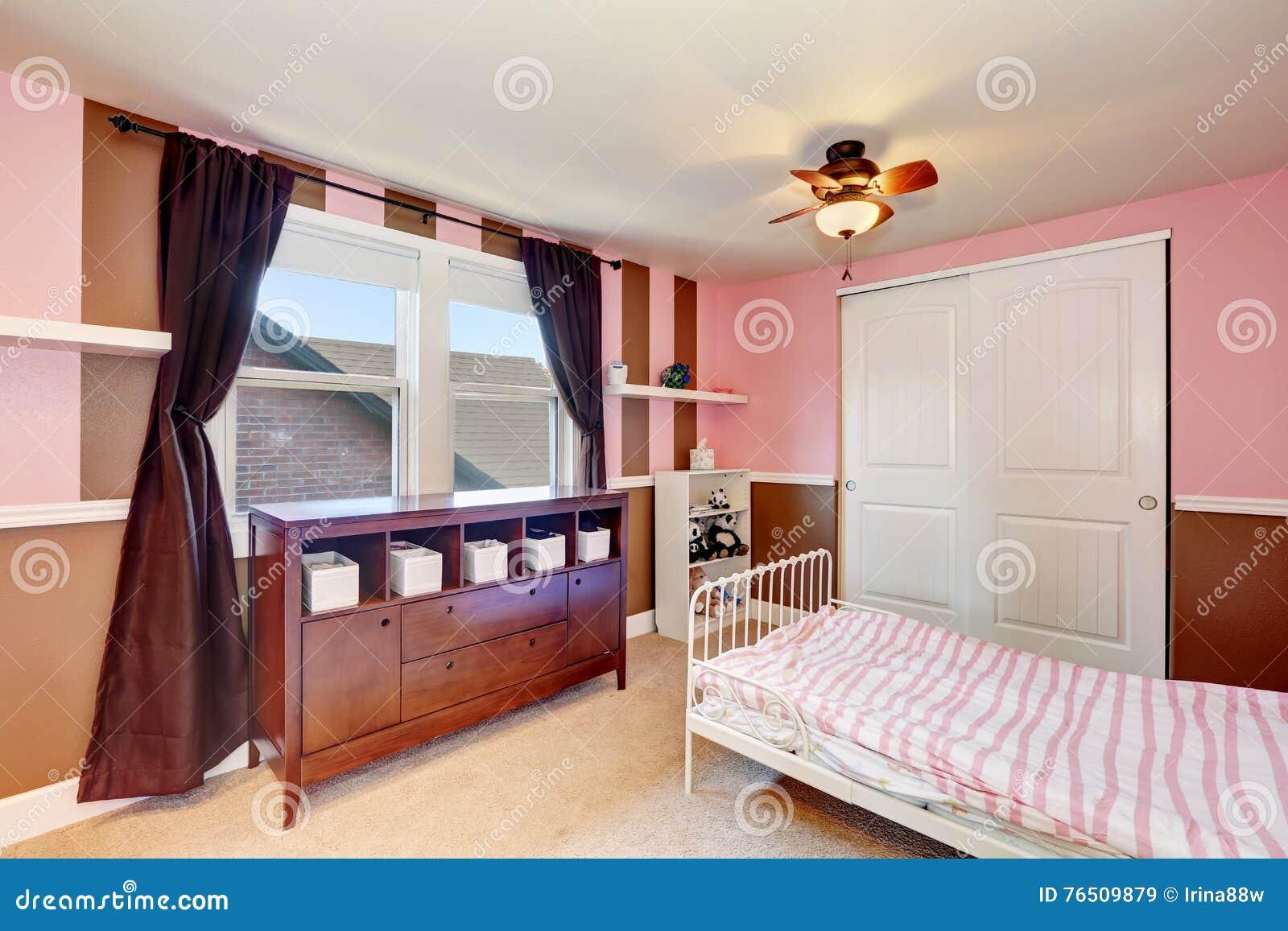 Pareti Rosa Camera Da Letto : Progettazione di minimalistic di kid interno della camera da