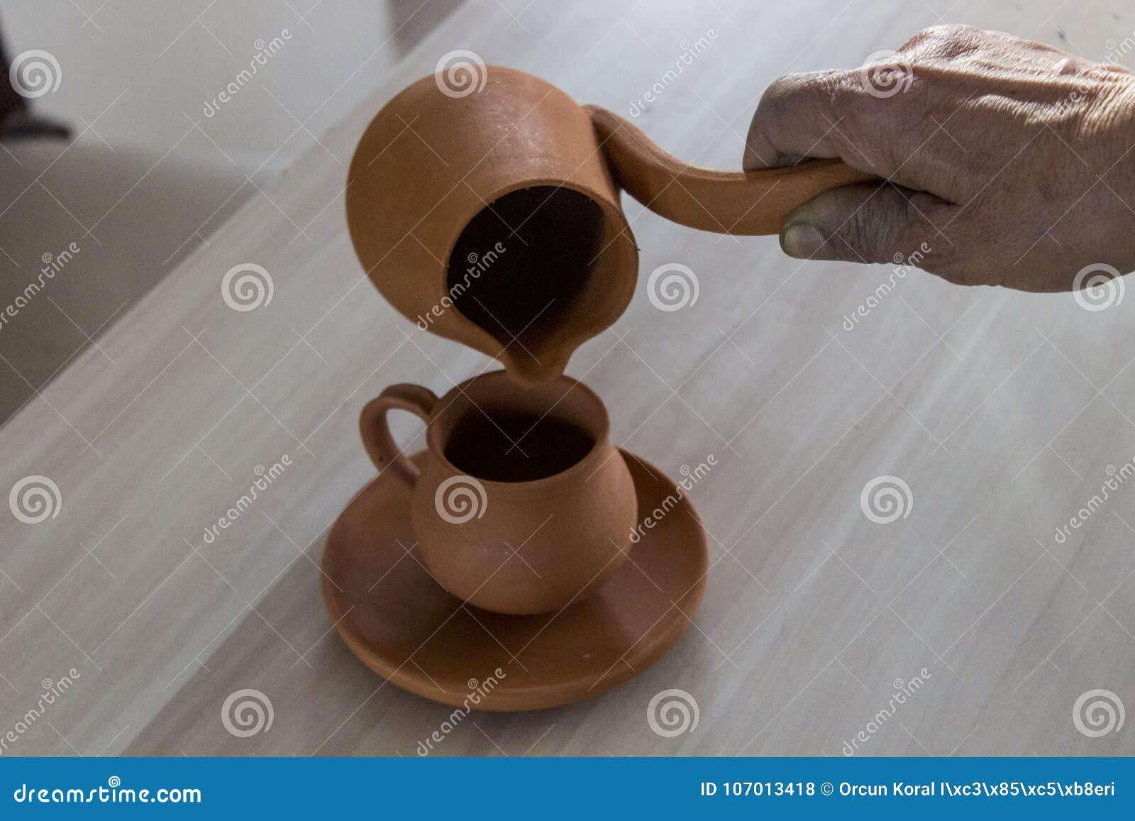 Progettazione fatta a mano tradizionale della tazza del caffè turco da argilla