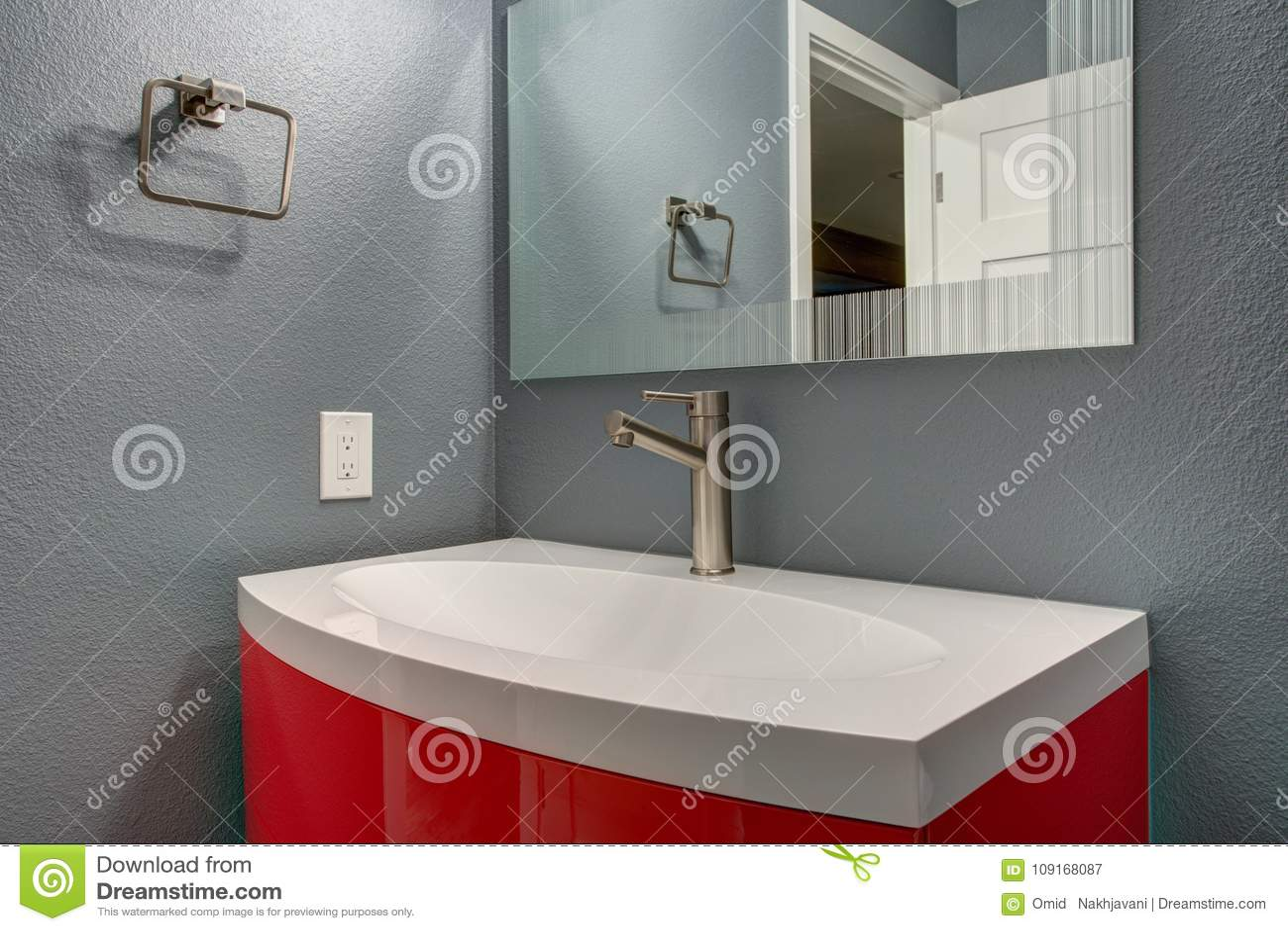 Progettare Il Bagno Di Casa : Progettazione grigia e rossa del bagno in rinnovato di recente a