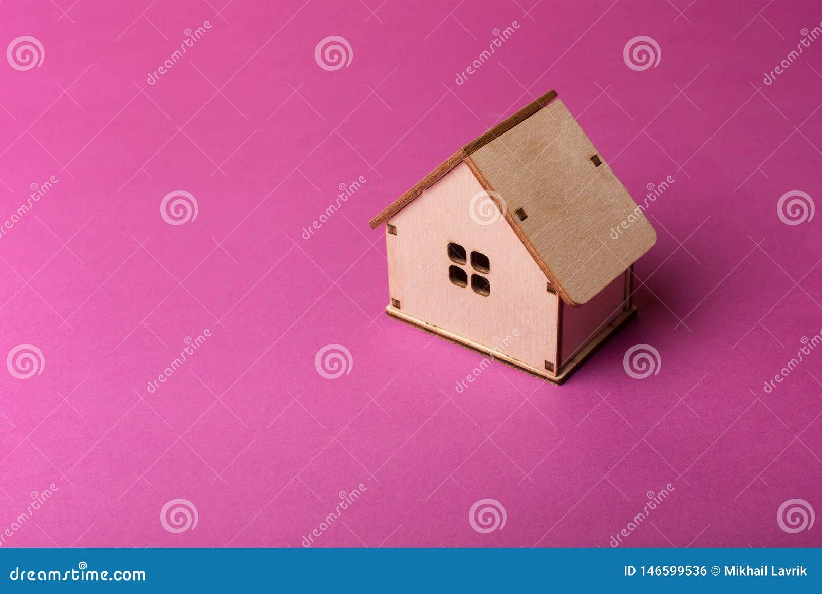 Progettazione minima con la casa di legno miniatura del giocattolo