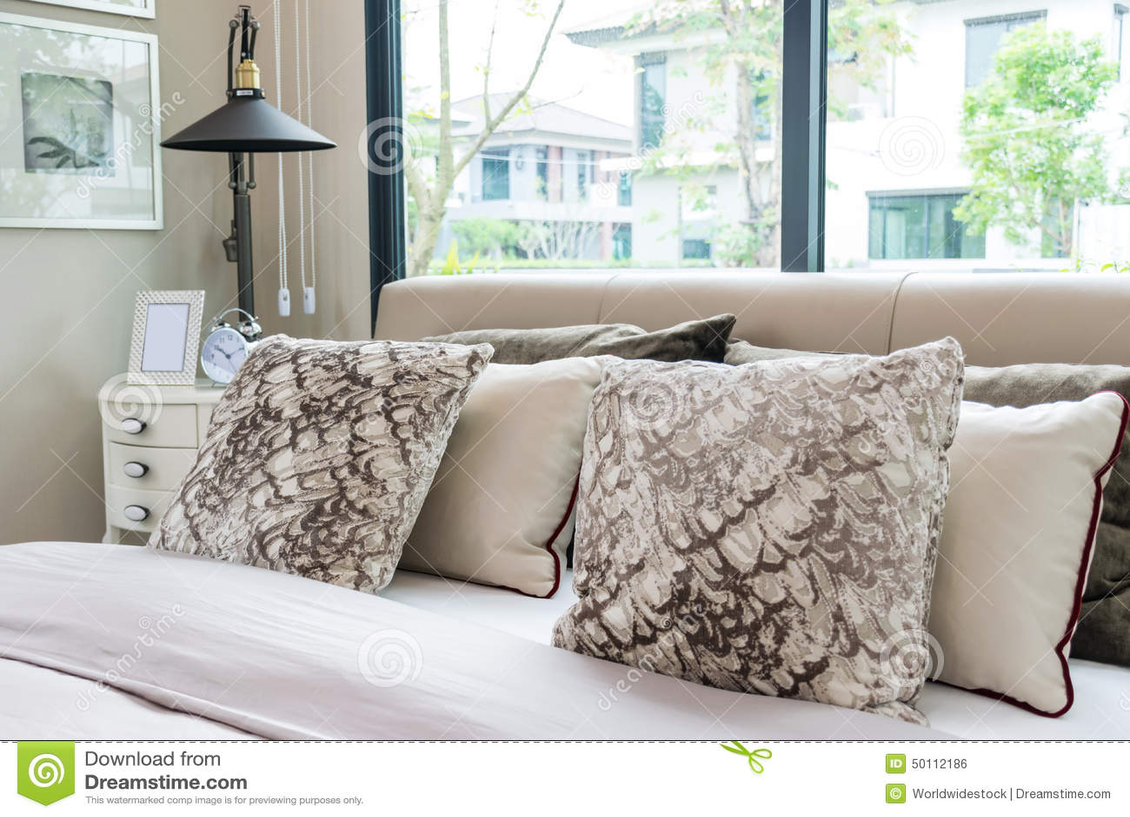 Progettazione moderna della camera da letto con il letto i cuscini e la lampada fotografia - Cuscini da letto ...