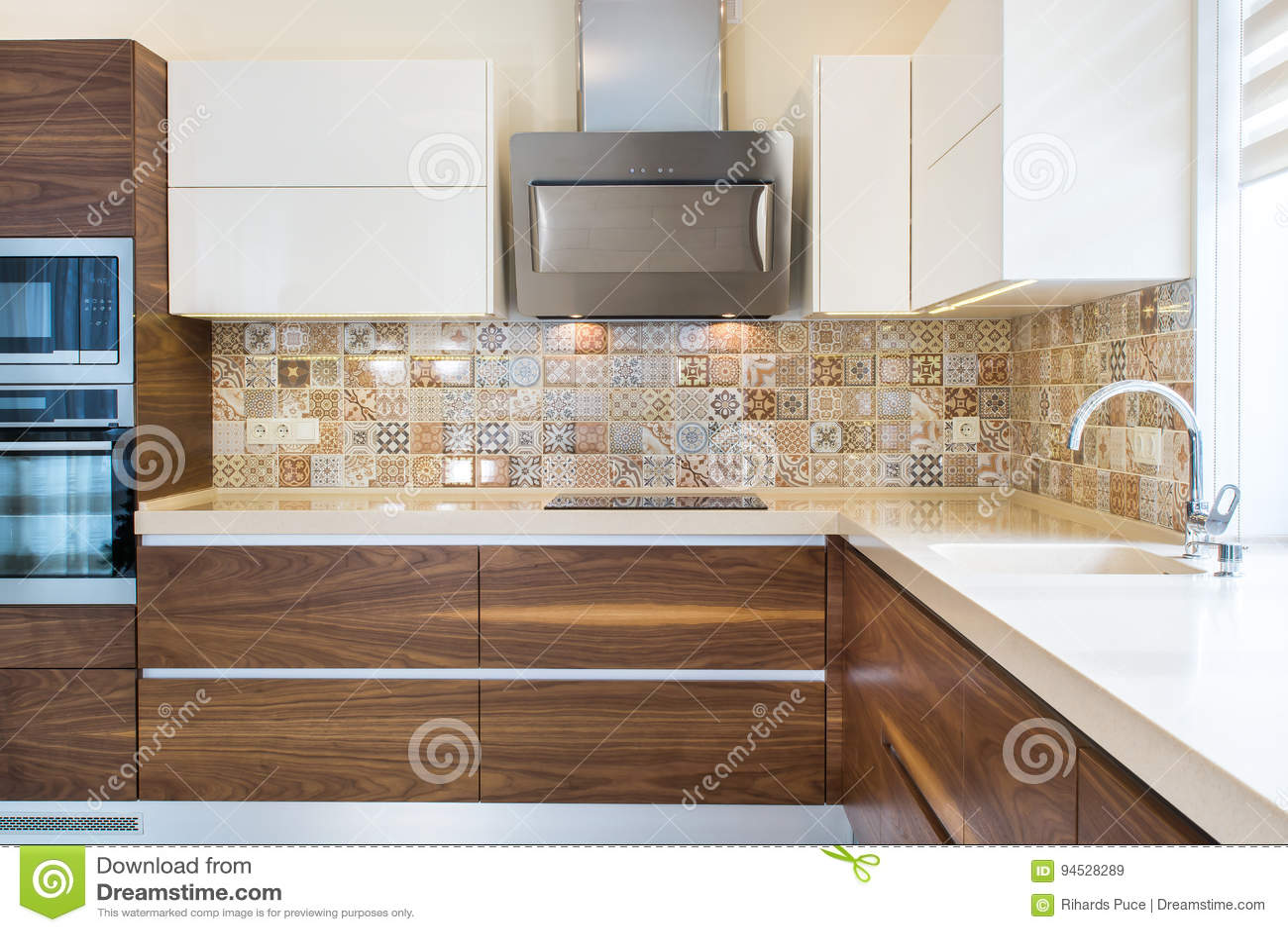 Progettazione moderna della cucina ad una luce, interno luminoso