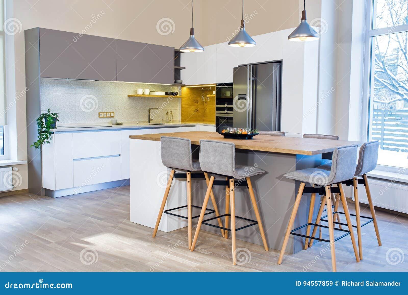 Progettazione moderna della cucina nell interno leggero