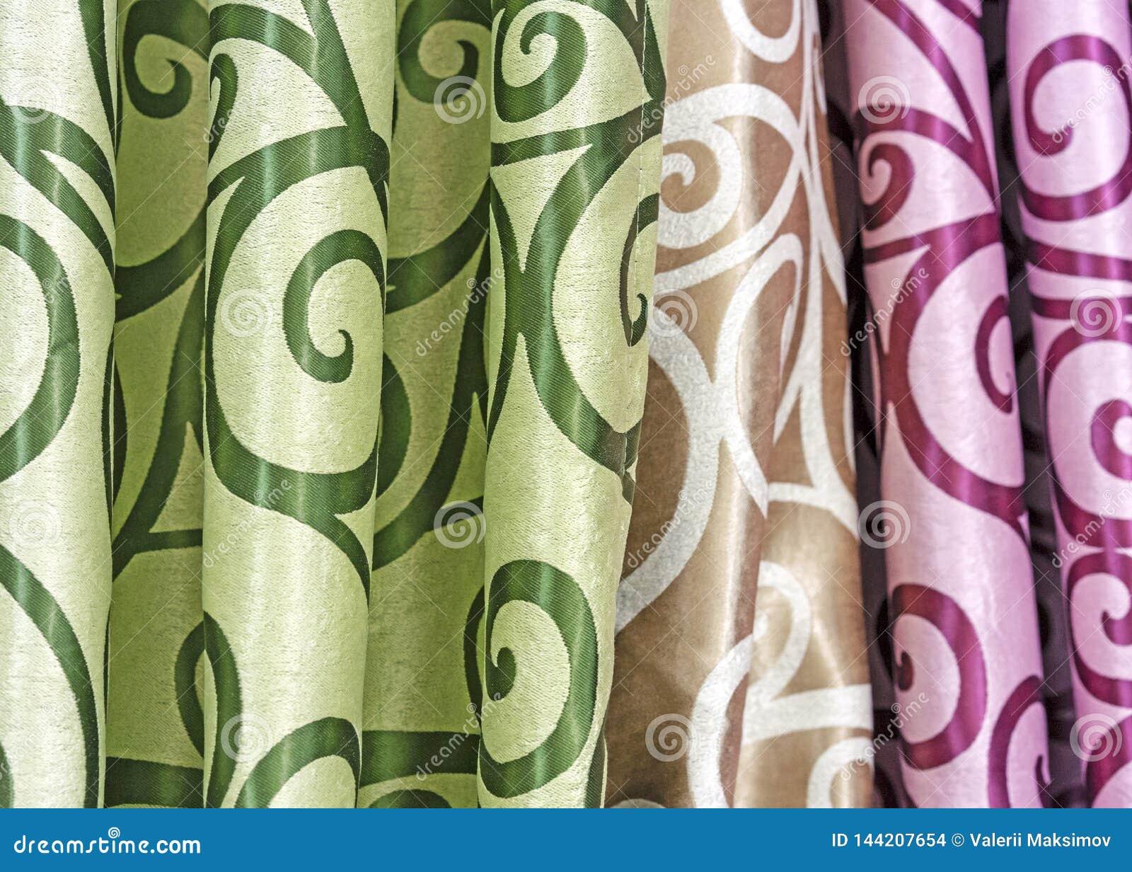 Progettazioni multicolori della tenda in una finestra della vendita al dettaglio Campioni della struttura dei tessuti colorati mu