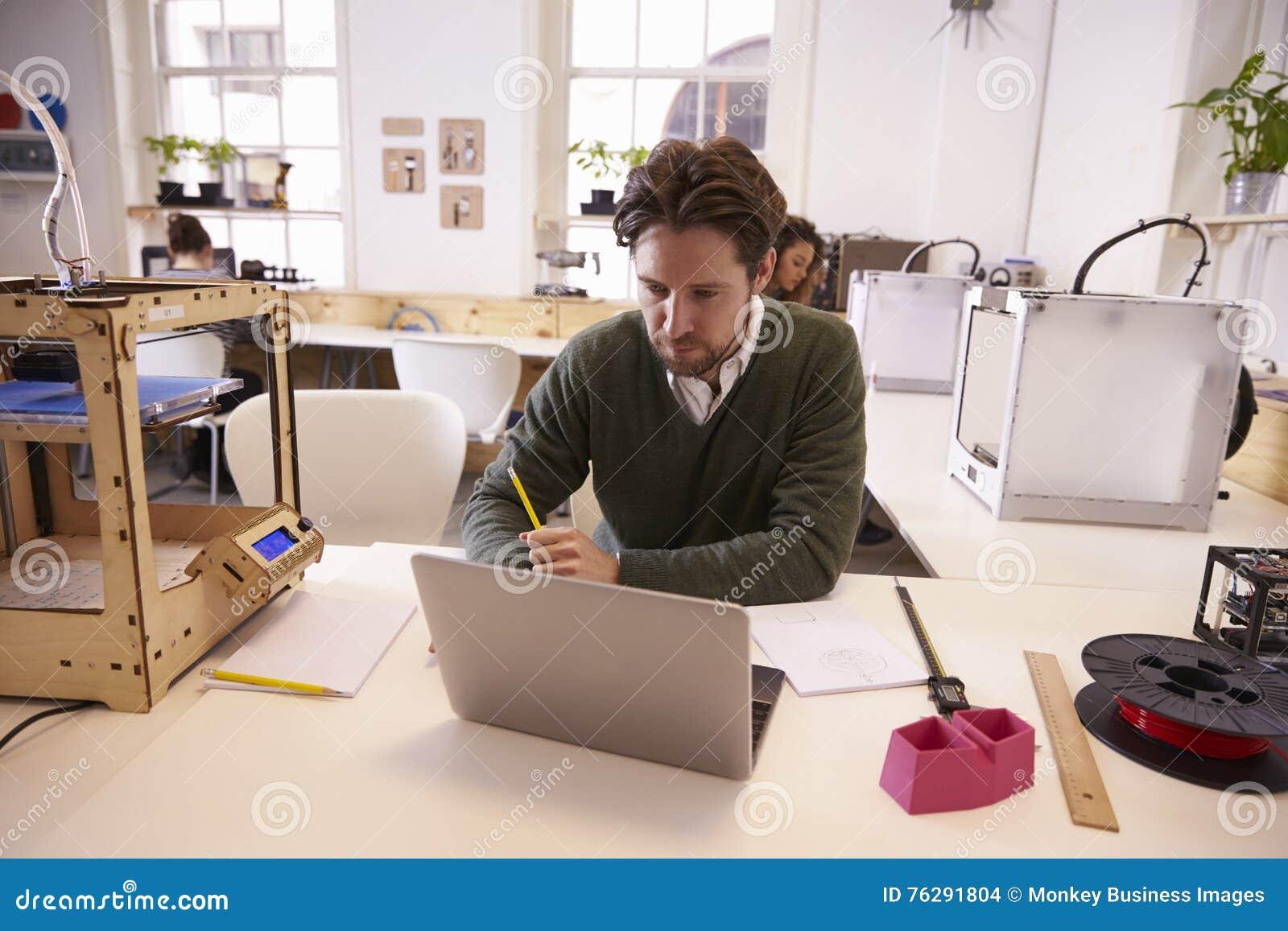 Progettisti che lavorano nello studio di progettazione 3d for Programmi progettazione 3d