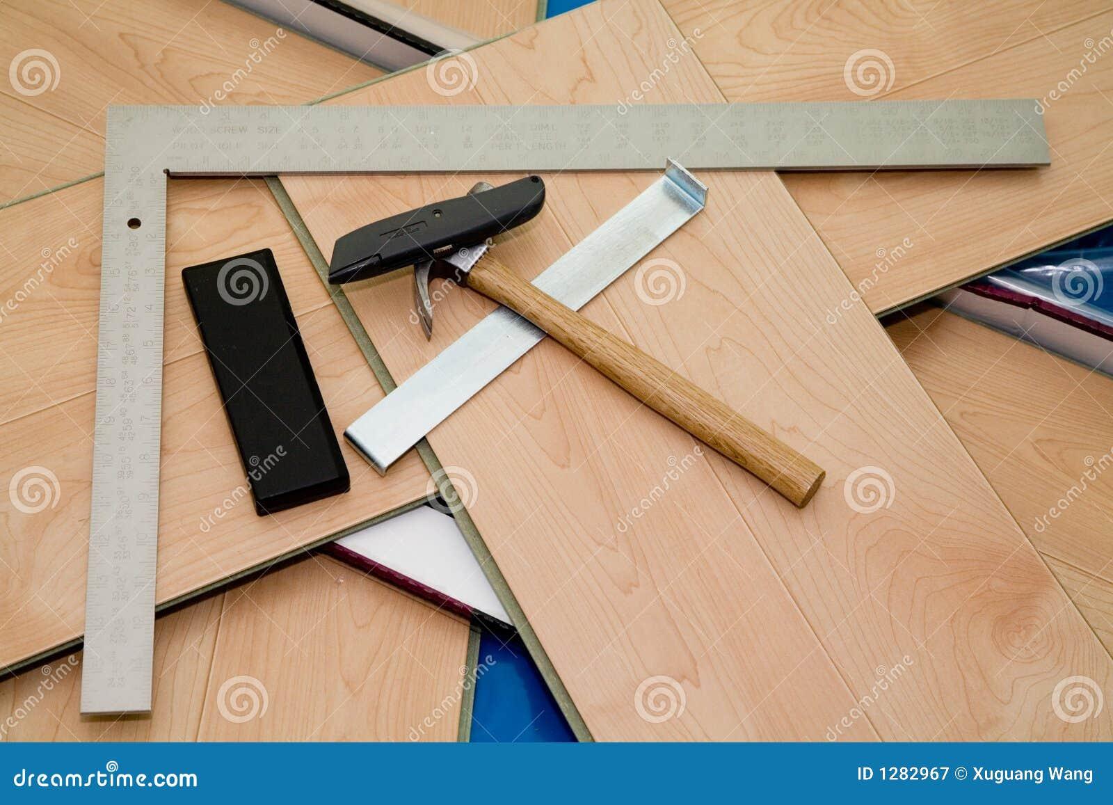 Progetto di DIY: il pavimento e gli strumenti laminati hanno usato
